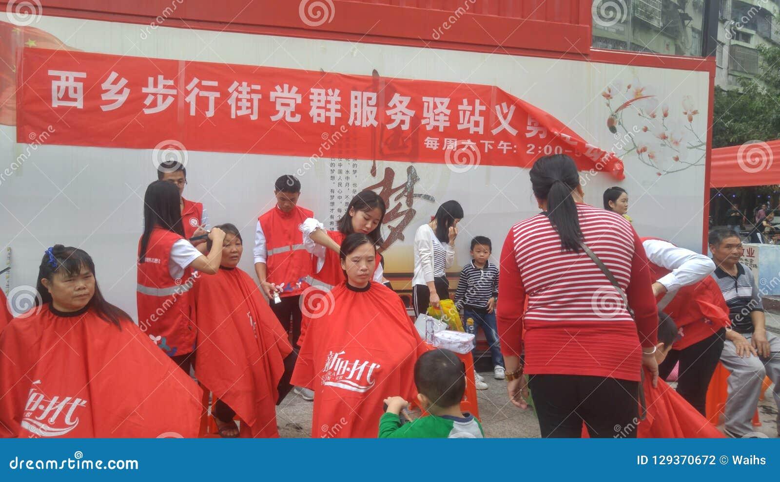 Shenzhen, China: partij en groeps de benzinestations bieden vrije kapsels voor burgers aan