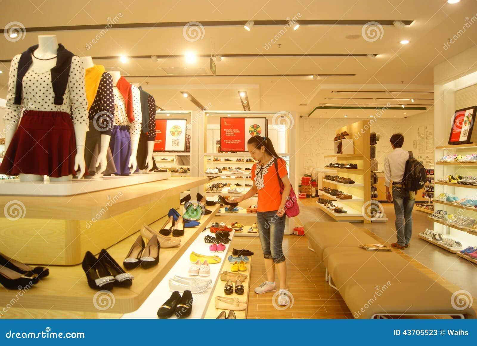 Shenzhen China Tienda De La Ropa Y De Zapatos Foto De Archivo Editorial Imagen De Interior Zapatos 43705523