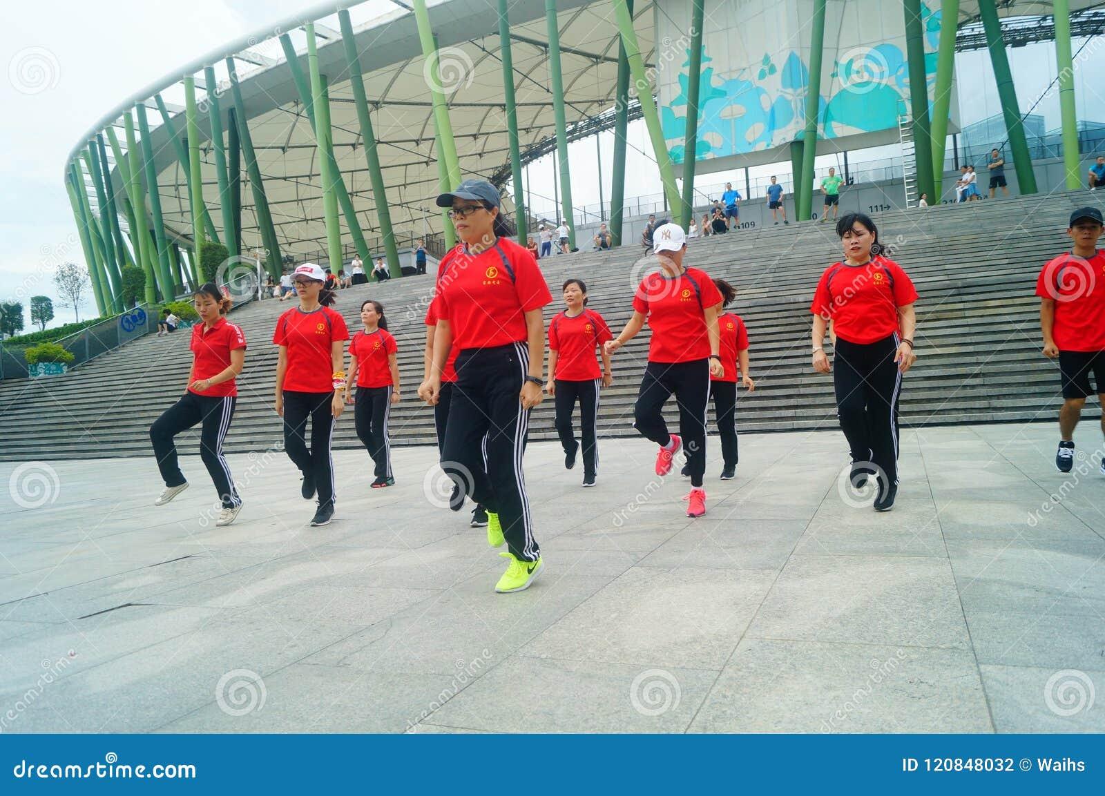 Shenzhen, China: Weekend o entretenimento, dança das mulheres e relaxe
