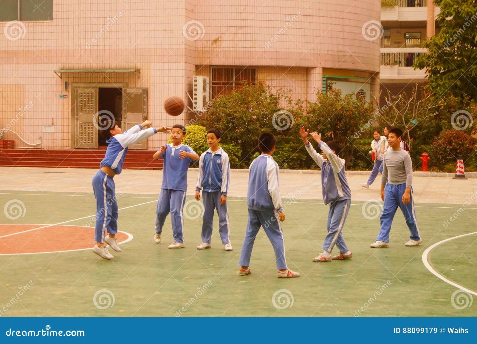 Shenzhen, Chine : basket-ball de jeu d élèves sur le terrain de basket