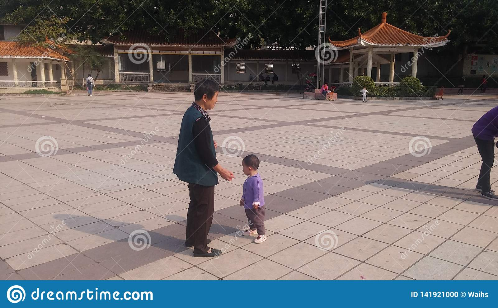 Shenzhen, Chine : Les jeunes mères ou grands-mères jouent dehors avec leurs enfants
