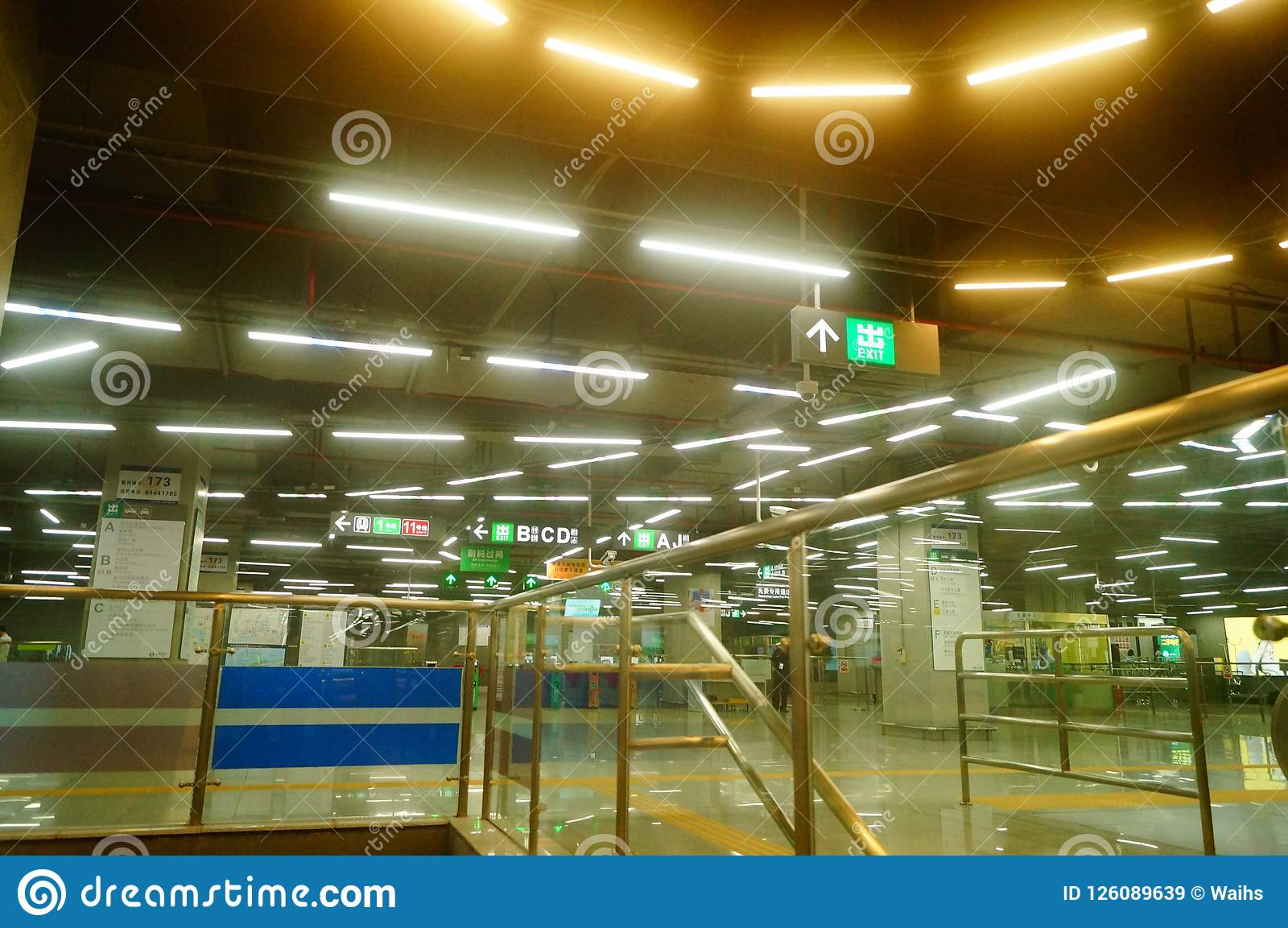 Shenzhen, Chiny: krajobraz Che Kung Świątynna stacja metru, samiec i kobiety pasażery