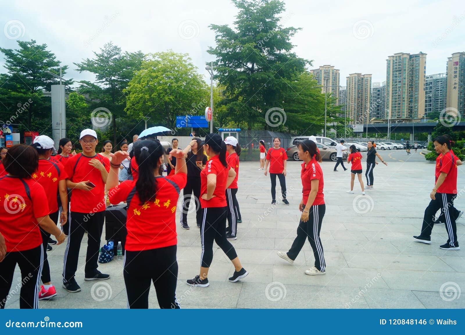 Shenzhen, Chiny: Weekendowa rozrywka, kobieta taniec, i relaksujemy