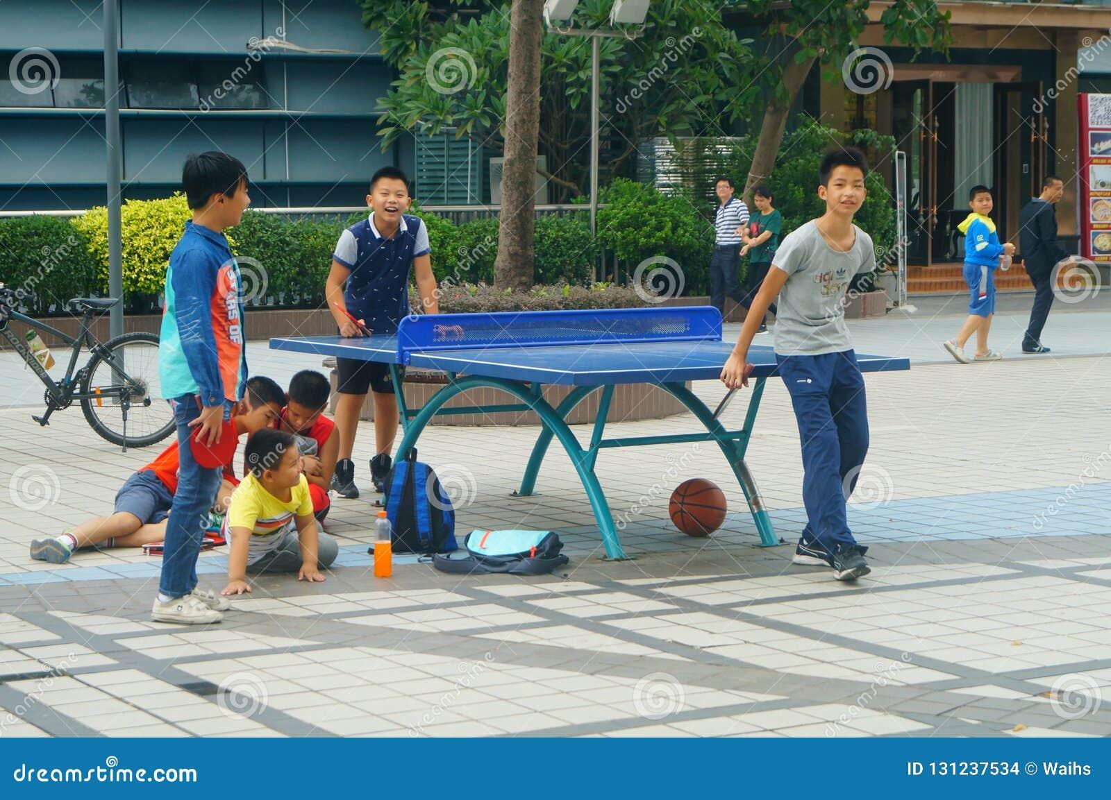 Shenzhen, Cina: Bambini che giocano forma fisica di ping-pong