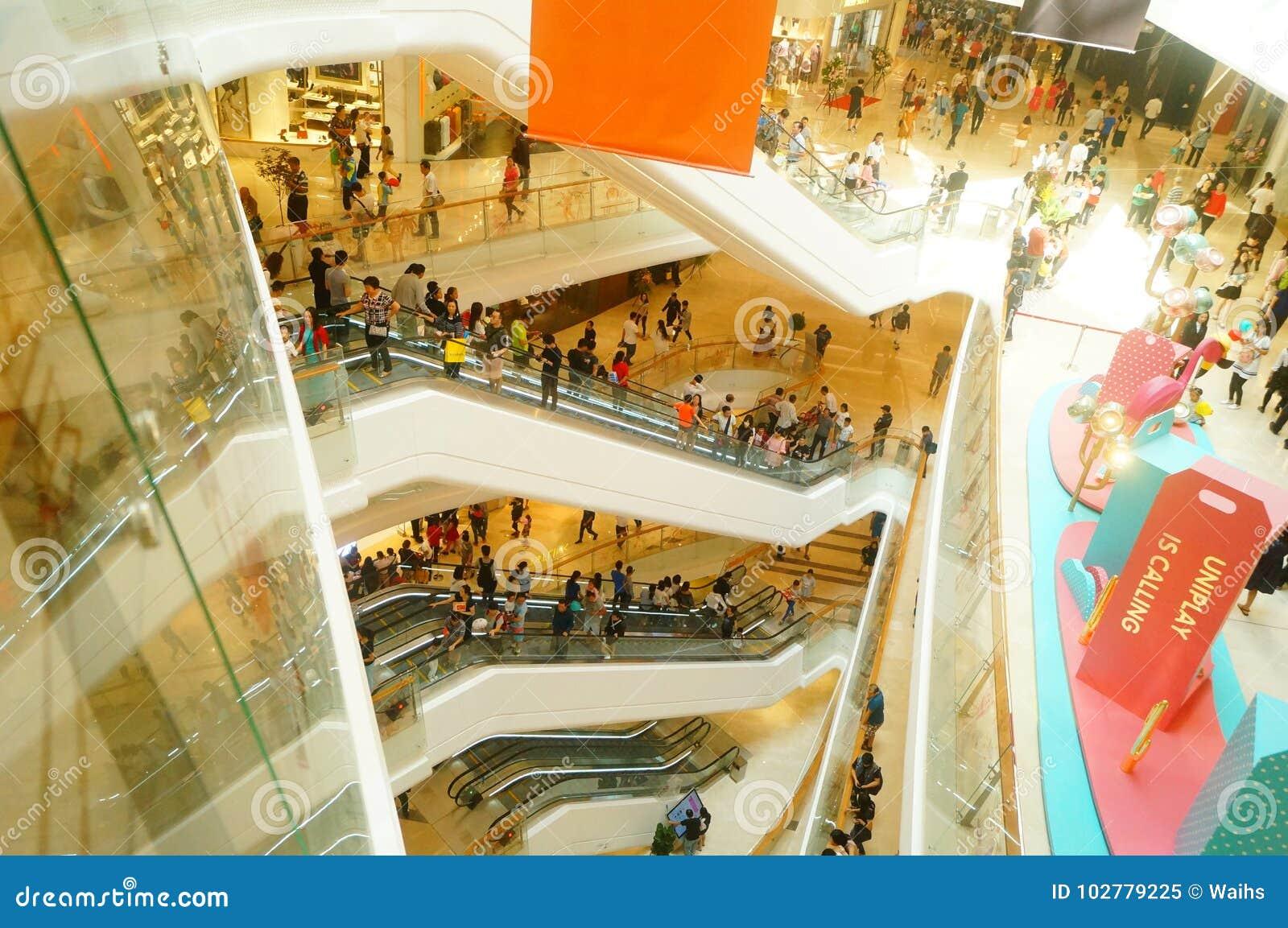Shenzhen Kina: öppnade stora shoppinggallerior och många personer deltog i öppningscermonin