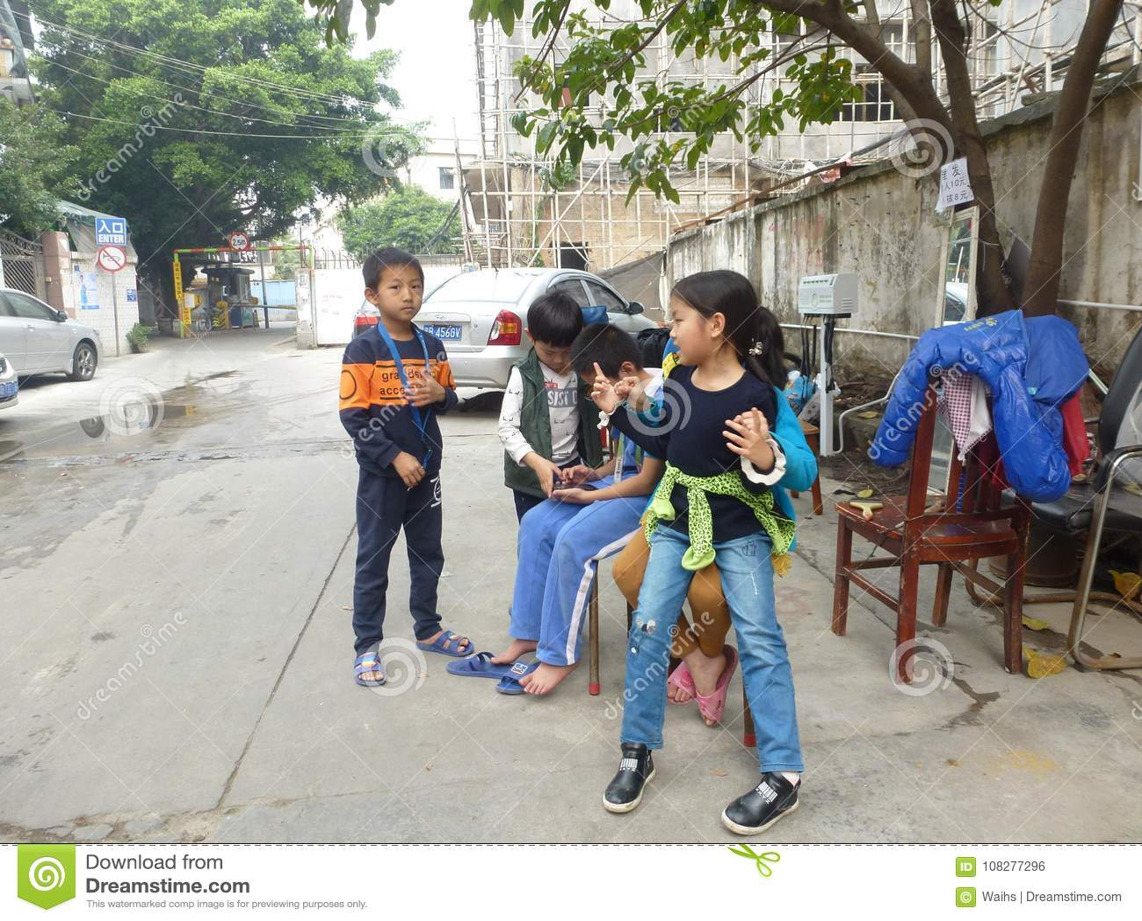 Shenzhen Kina: barn spelar