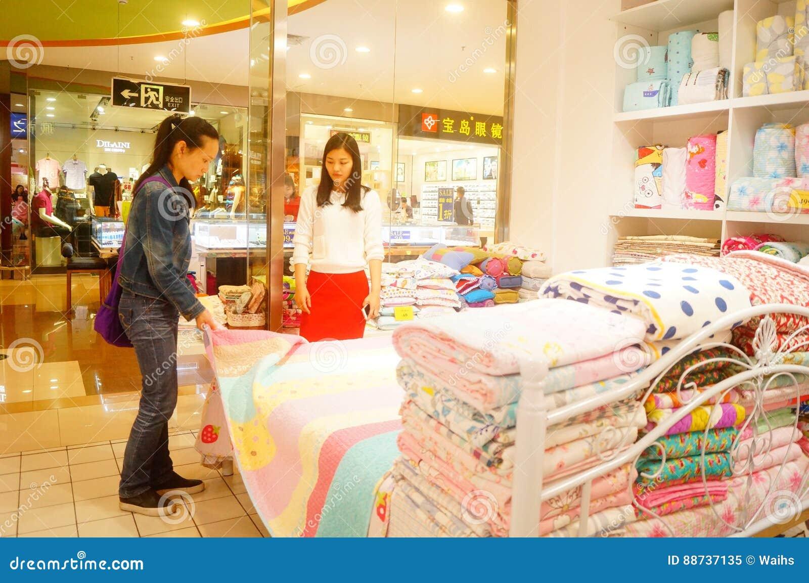 Shenzhen Kina: kvinnor köper sängkläder och annan sängkläder