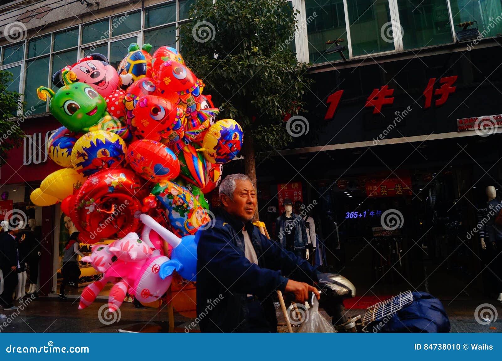 Shenzhen Kina: stalls på den fot- gatan, försäljning av hemslöjder och andra artiklar