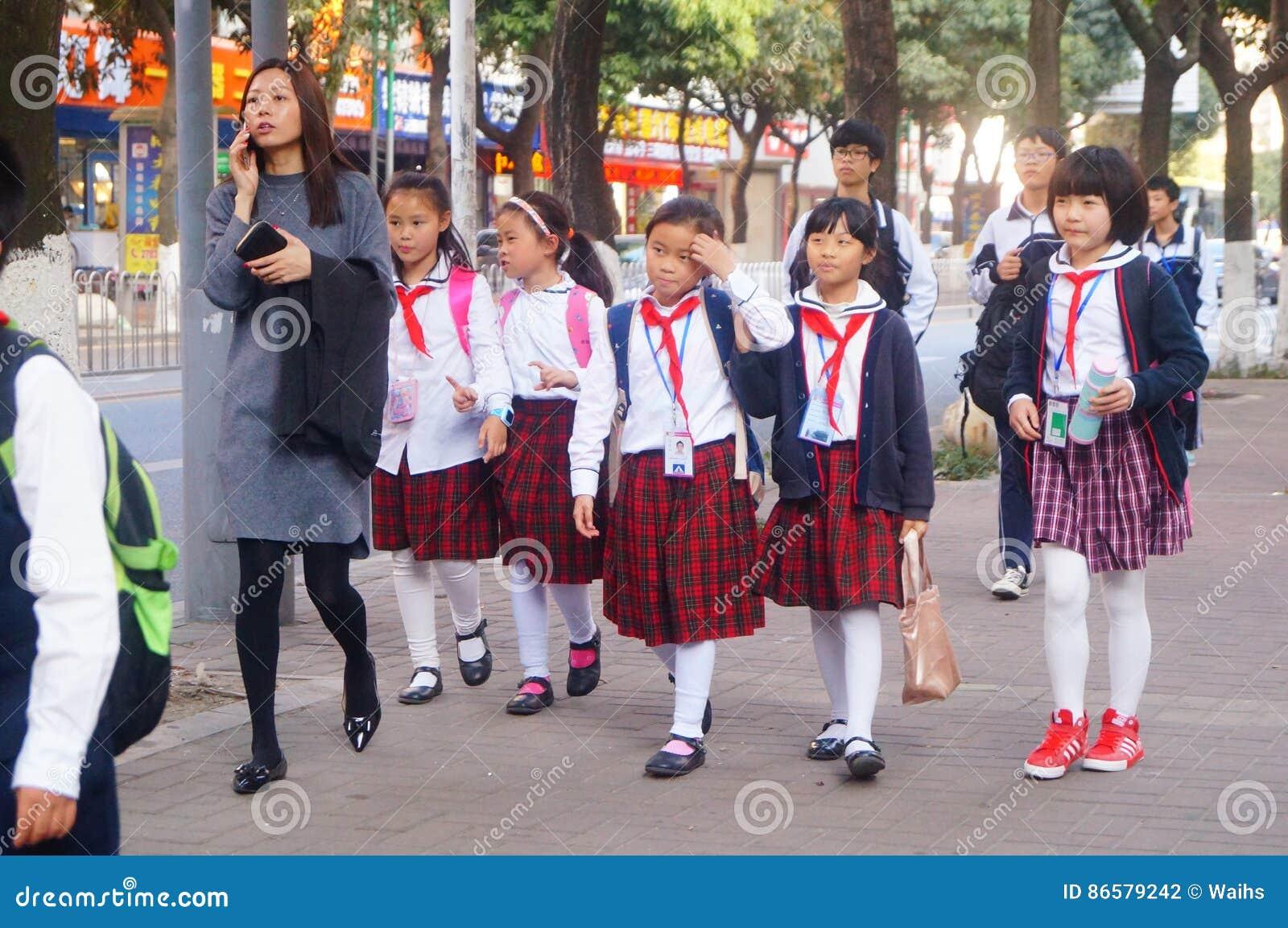 Shenzhen Kina: studenter går hem efter skola