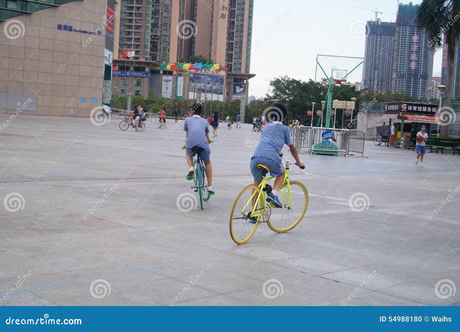 Shenzhen Kina: studenter på cyklar
