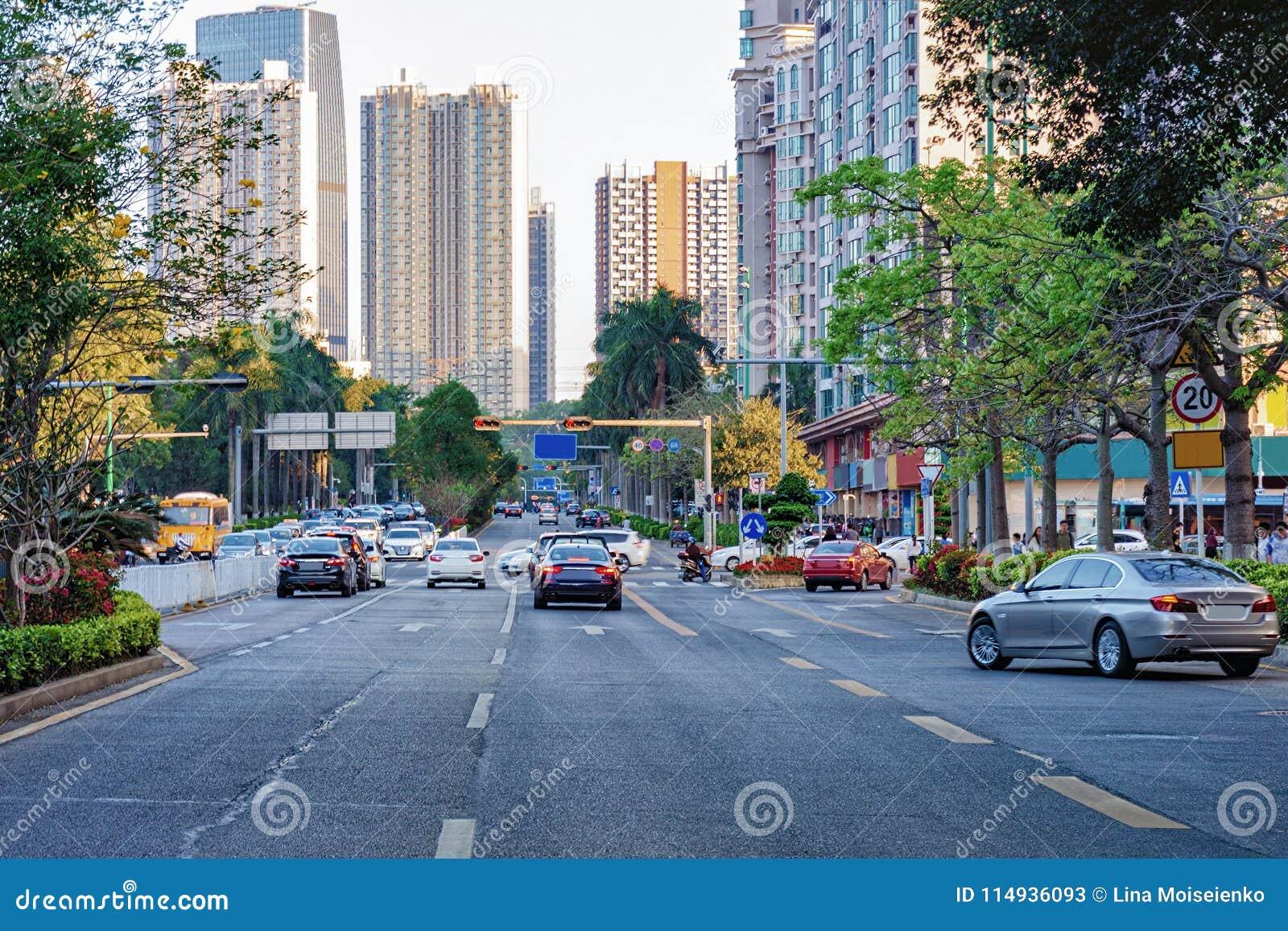 Shenzhen miasta ruchliwie ulica z poruszającym samochodem, motocykl, budynek biurowy, drapacze chmur