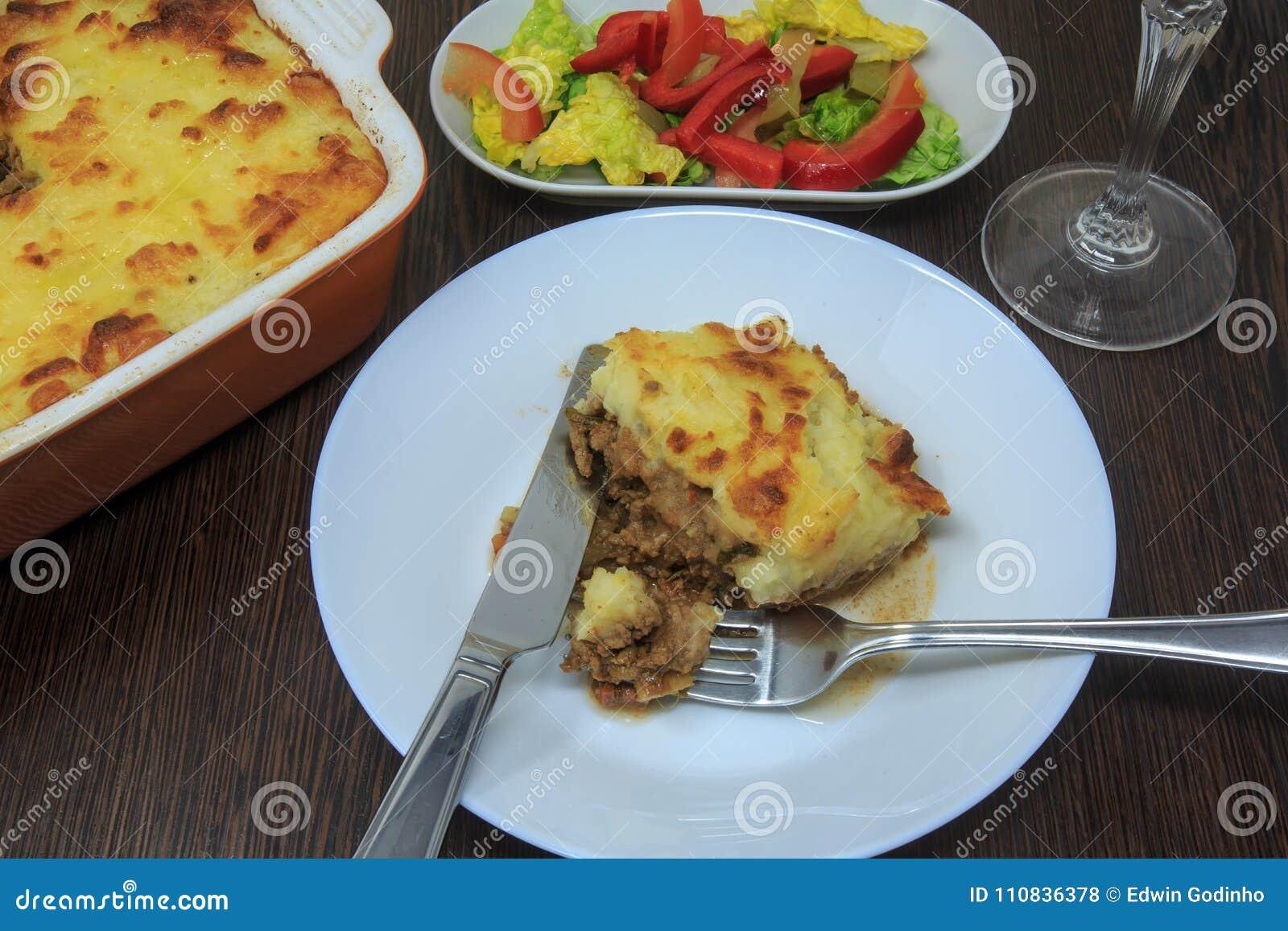 Shepherd пирог ` s с салатом, красным вином