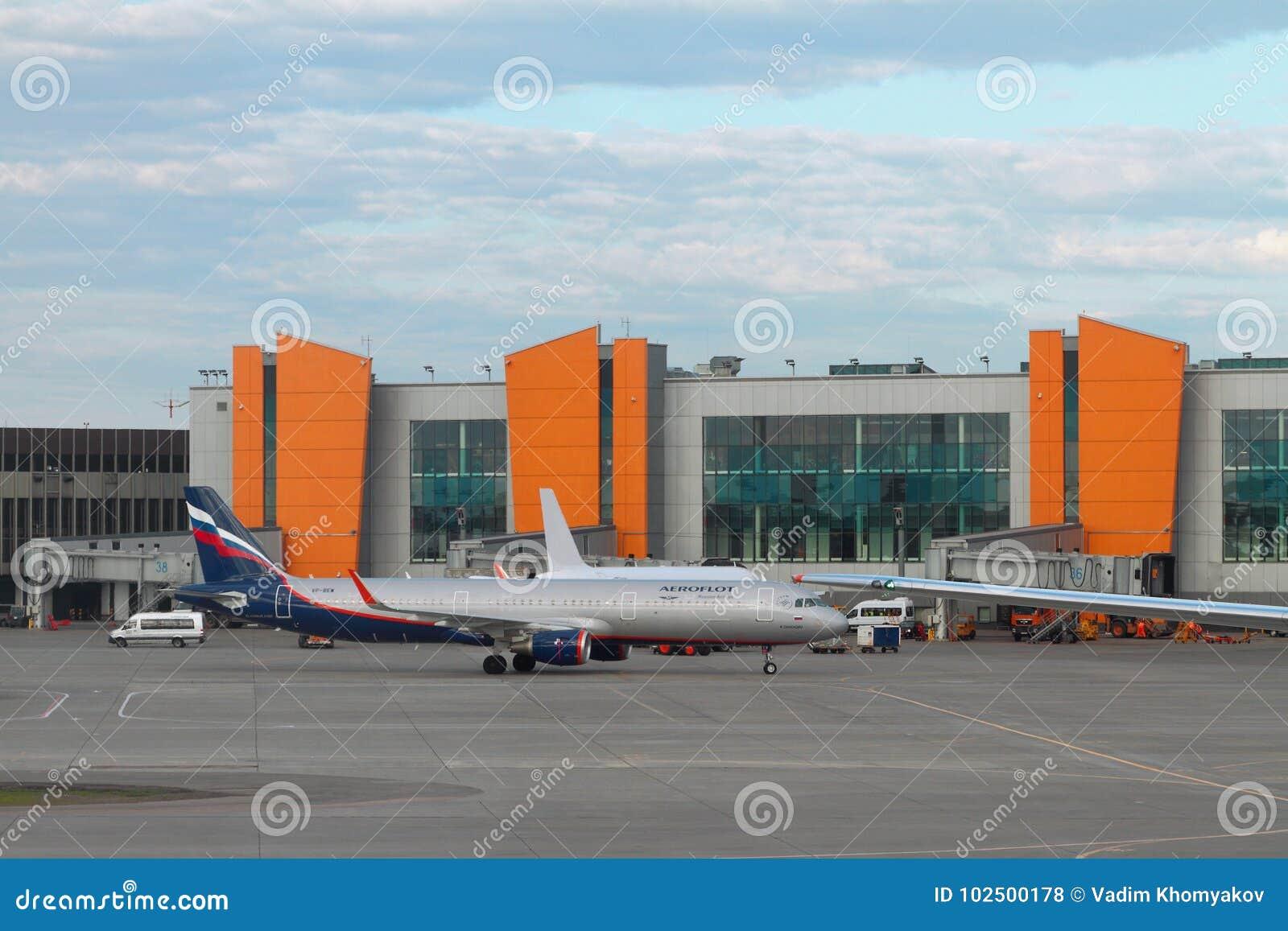 Sheremetyevo, Moskau, Russland - 1. Juli 2017: Passagierflugzeug auf Service am Flughafen