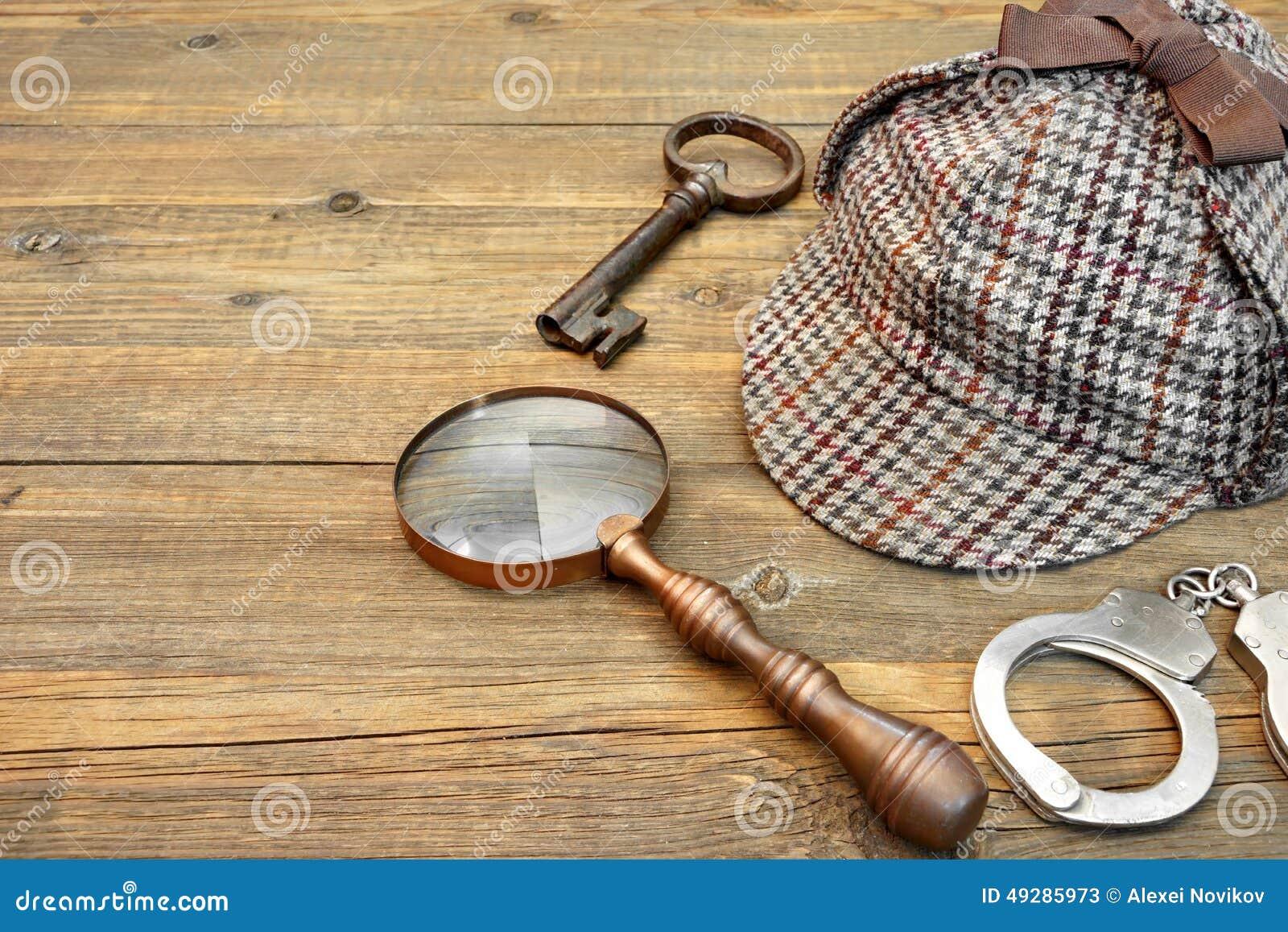 Sherlock Holmes Cap famoso como o Deerstalker, a chave, as algemas e o miliampère