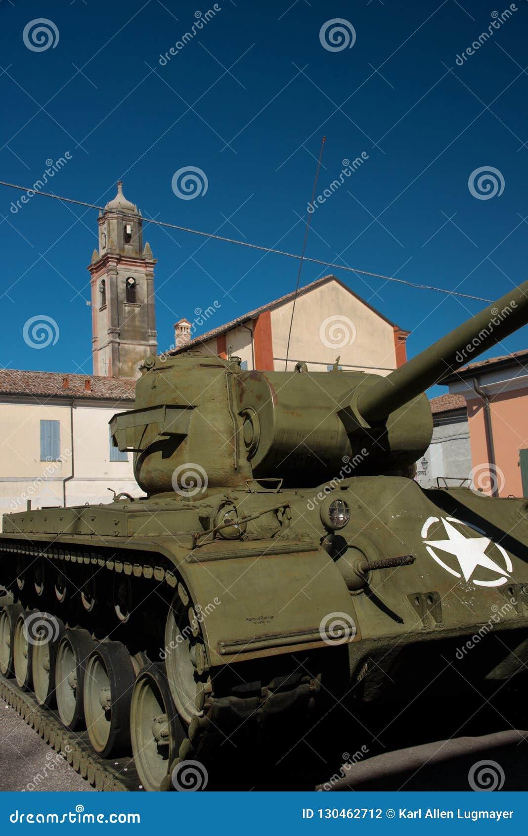 Sherman Tank framme av Don Camillo Museum, Brescello