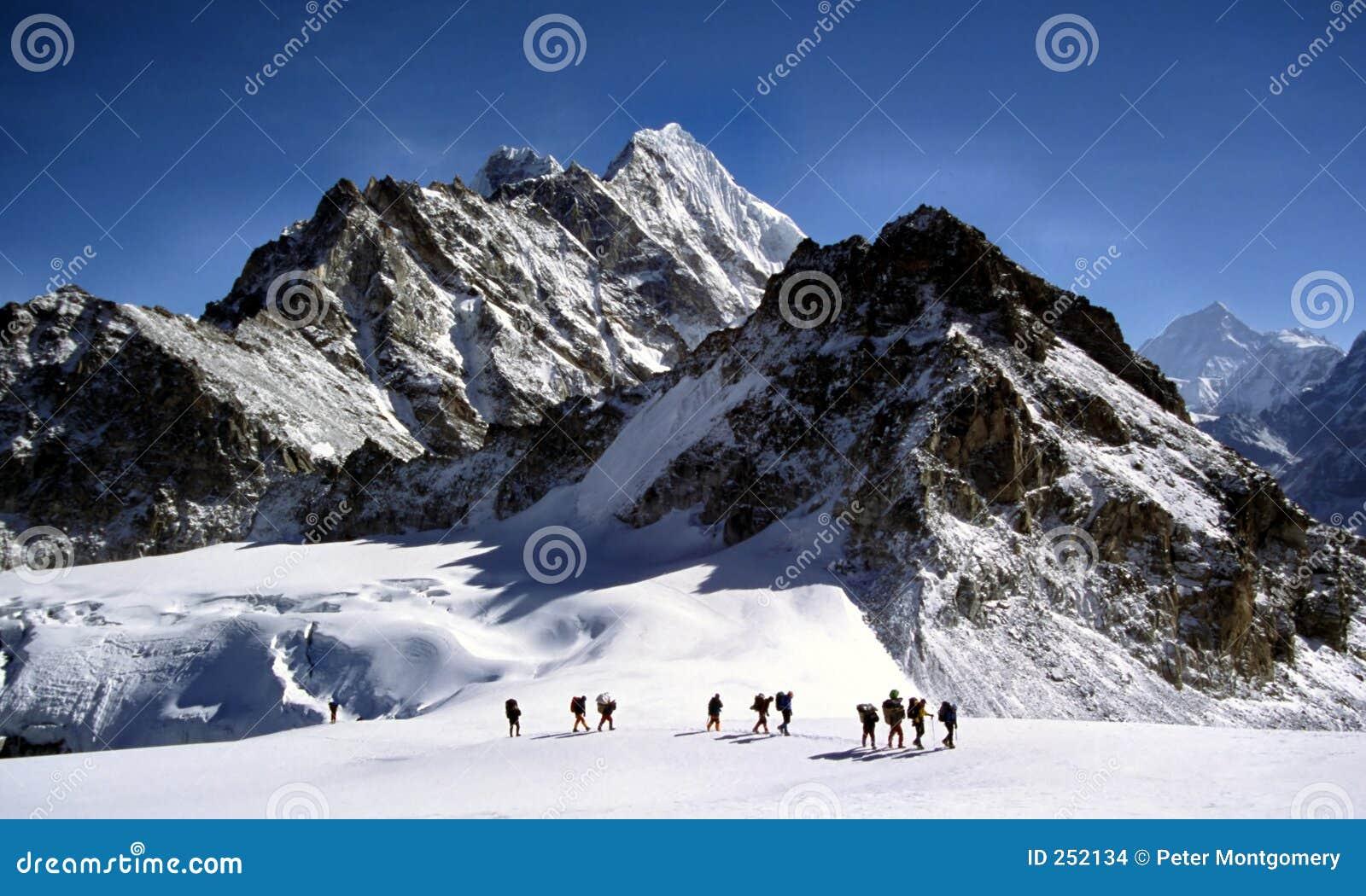 Sherpas die een gletsjer Himalayam kruist