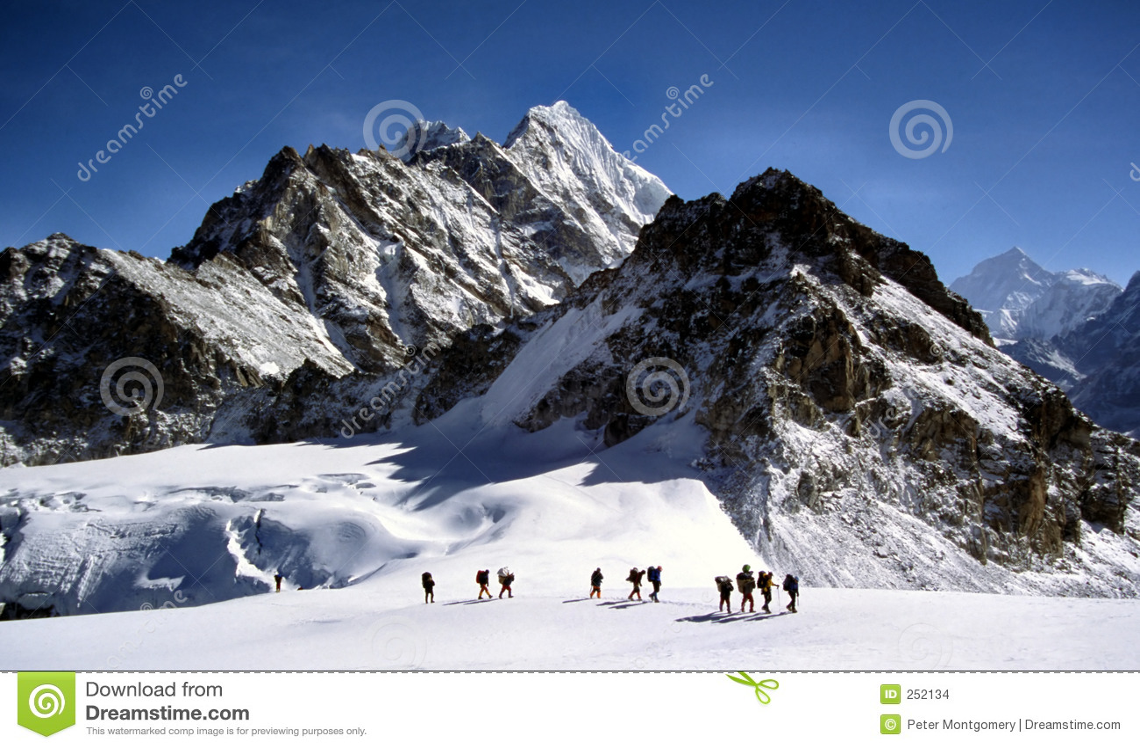 Sherpas que cruza un glaciar de Himalayam