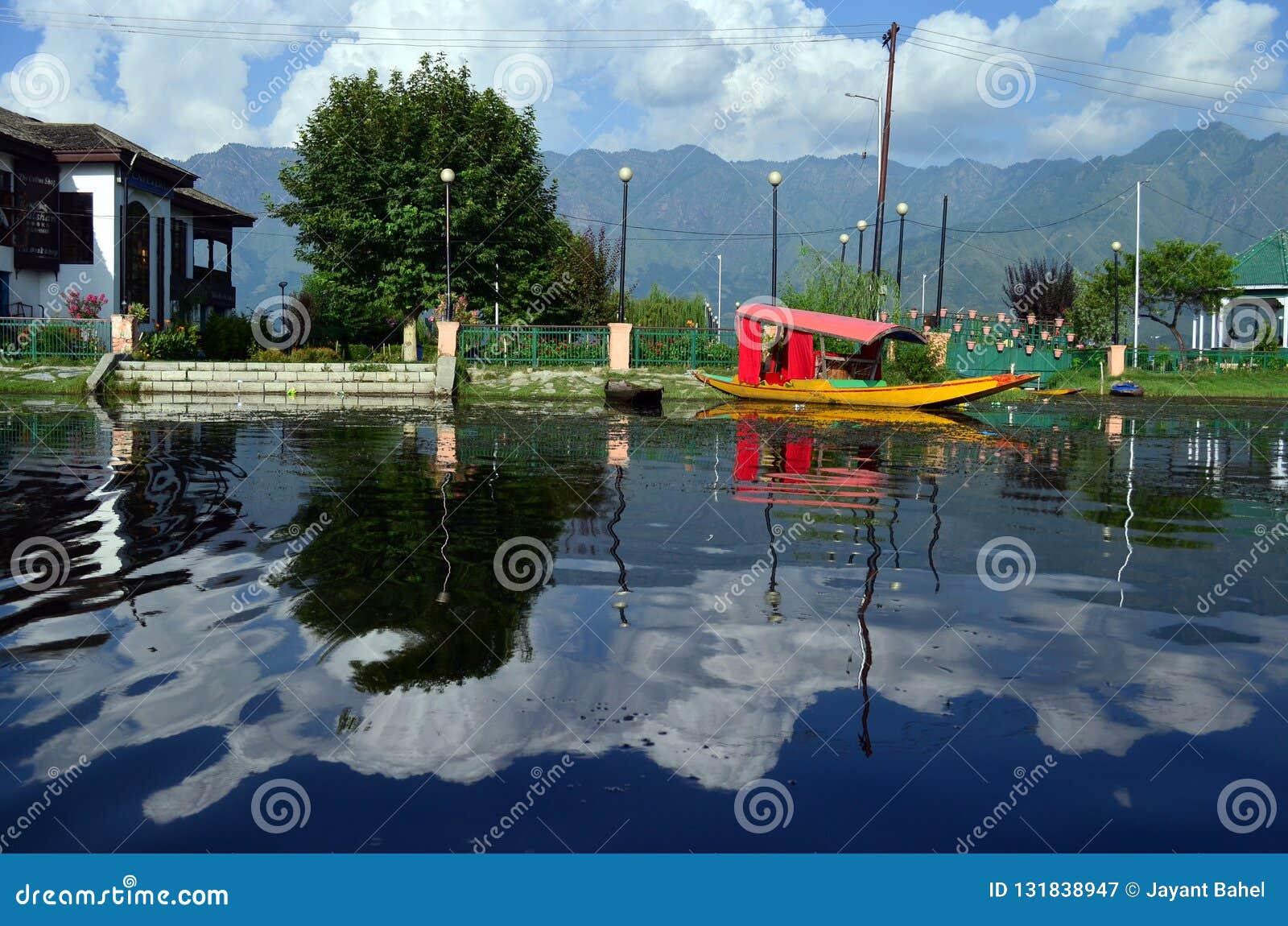 Shikara en el lago del dal