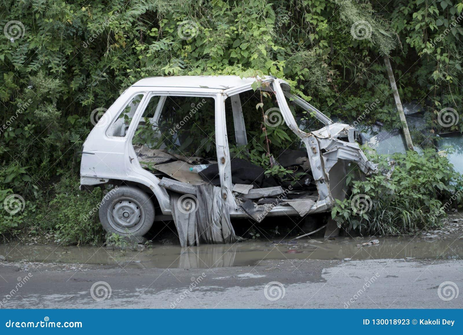 Shimla, Himachal Pradesh/Índia: Setembro de 2017: Um carro pequeno de quatro baby-sitter foi salvado em uma condição terrível apó
