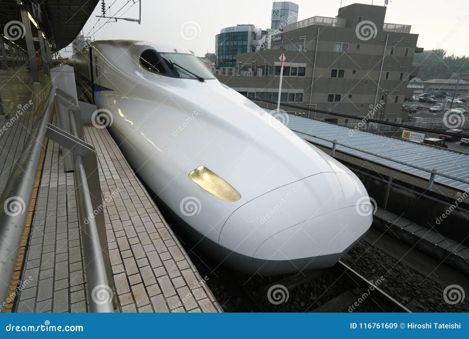 Shinkansen ou un train de balle japonais s arrête à la station de Shinyokohama