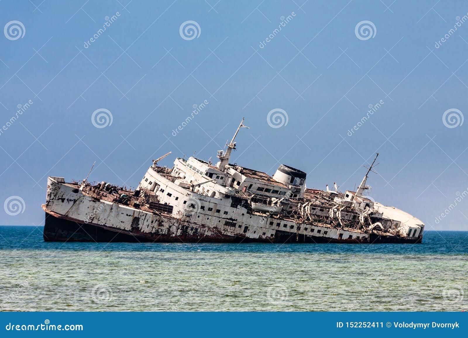 Shipwreck na Shoaiba plaży blisko Jeddah, Arabia Saudyjska