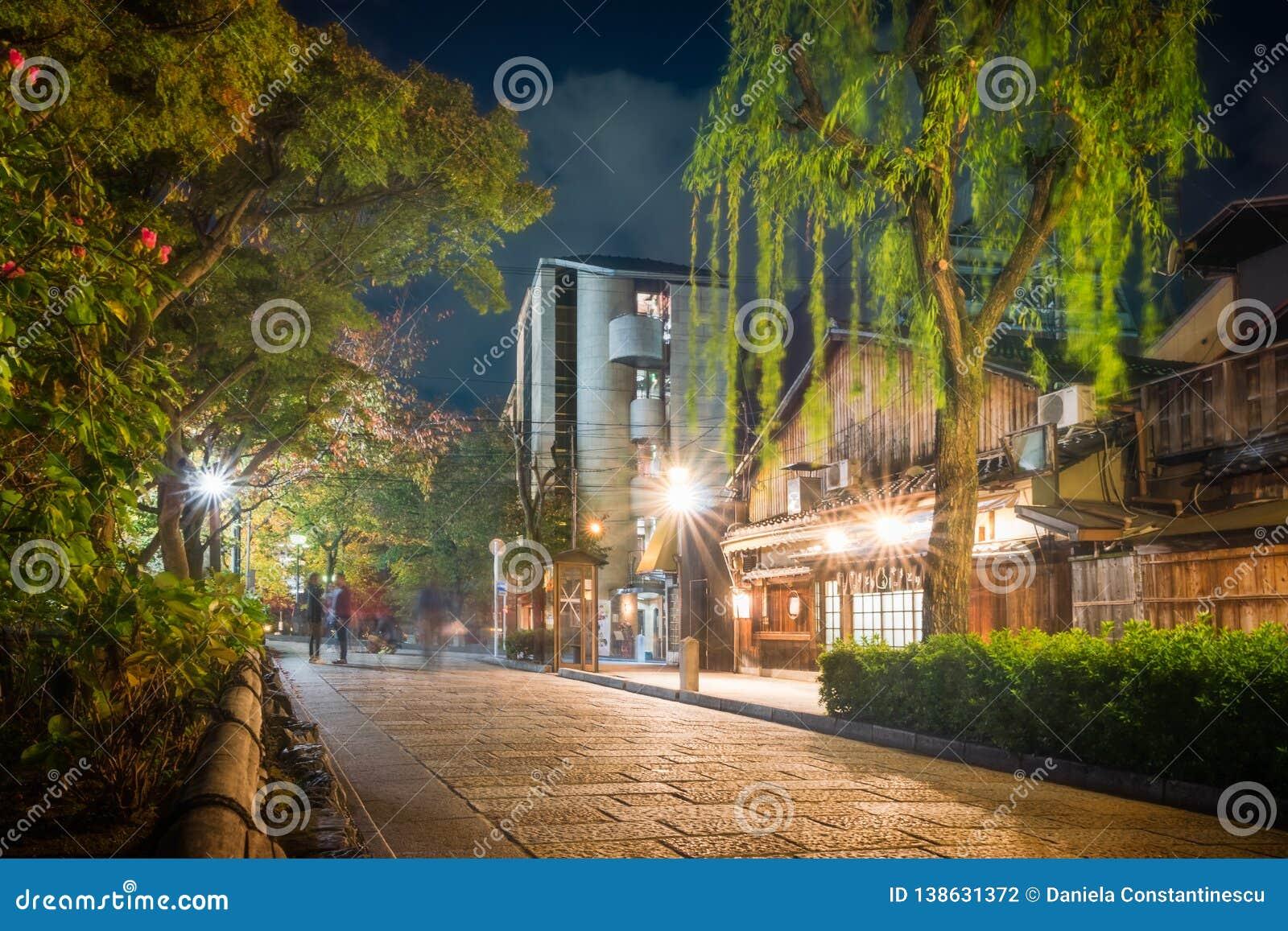 Shirakawa Dori in Gion District bij nacht, Kyoto, Japan