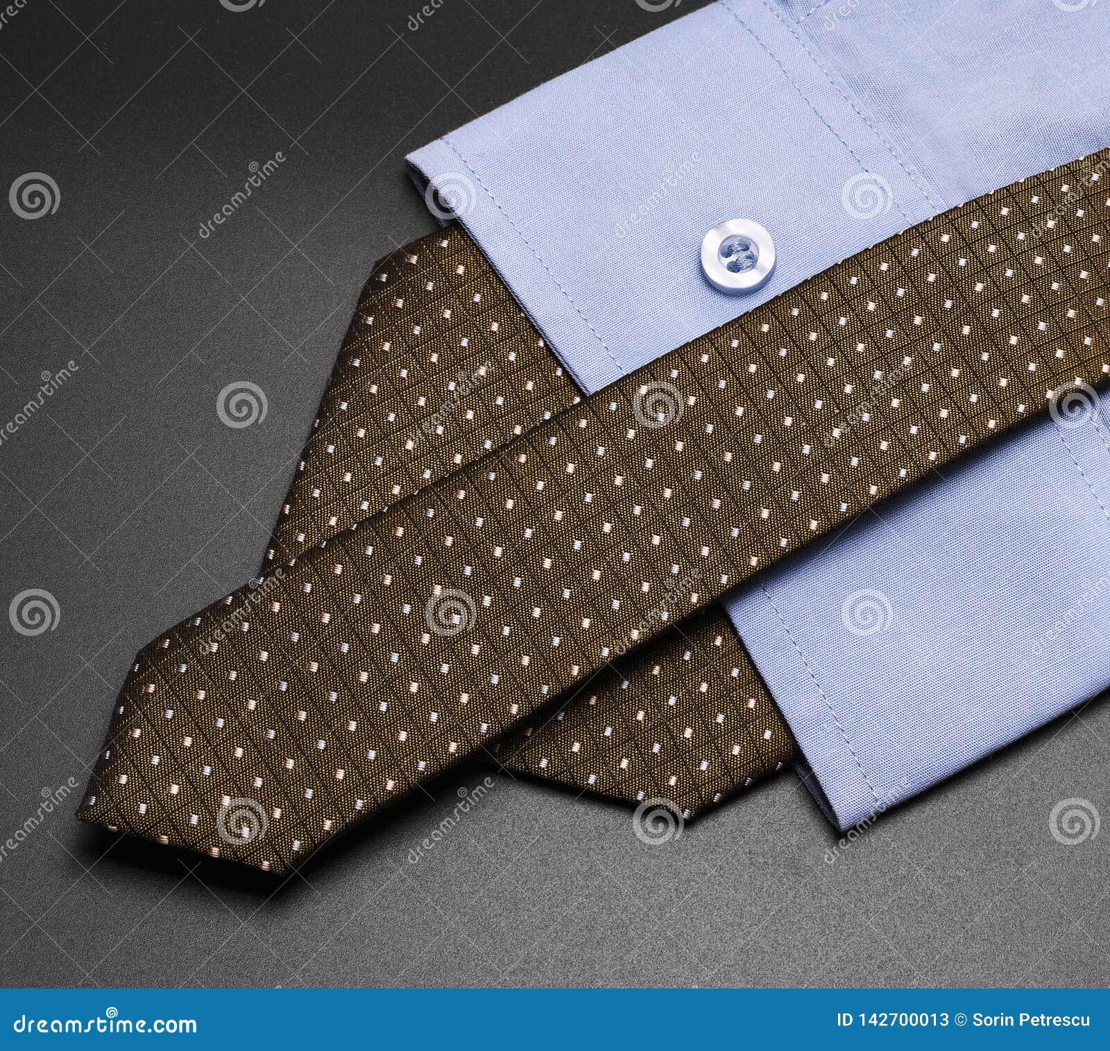 Shirt+tie översätter till elegans