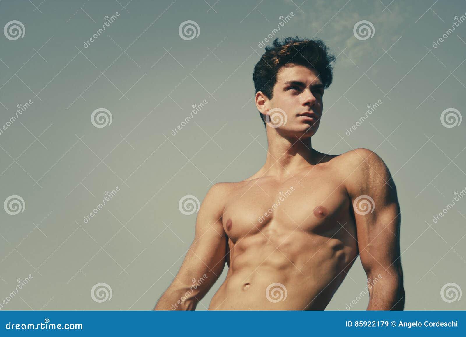 Shirtless härlig och muskulös ung man