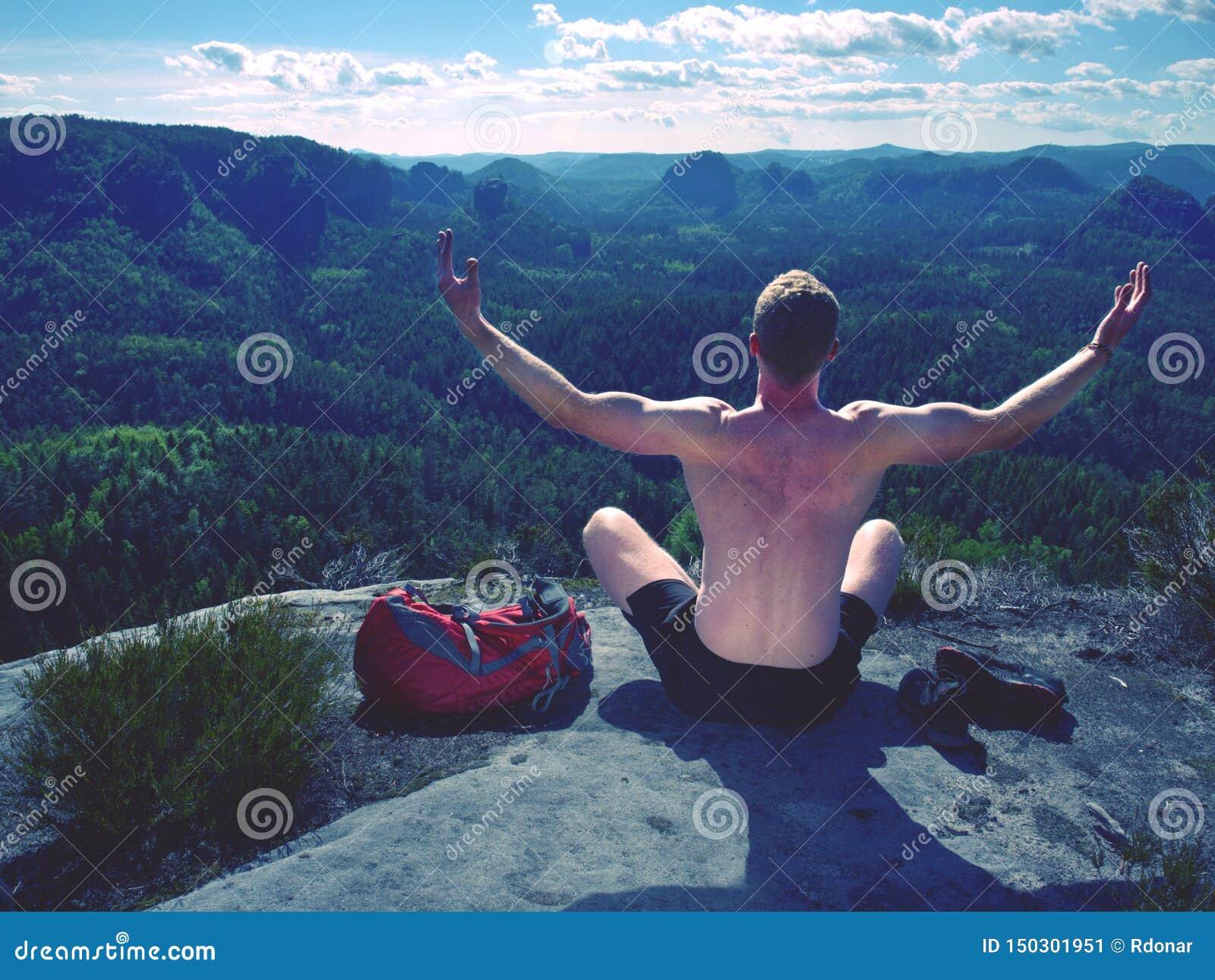 Shirtless mensen ontspannende meditatie met rustige meningsbergen
