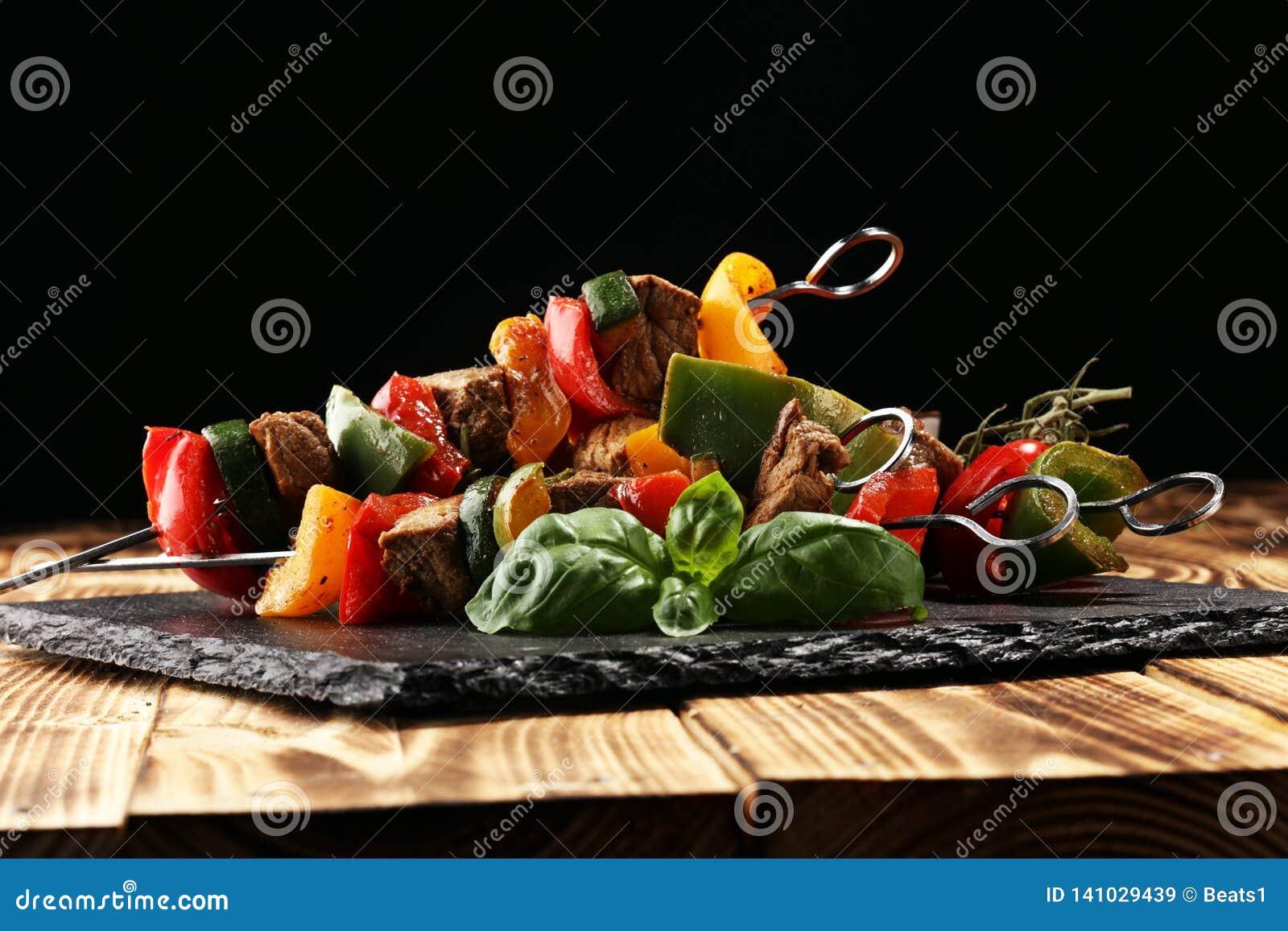 Shish烤在串的猪肉或kebab有菜的 食物背景shashlik