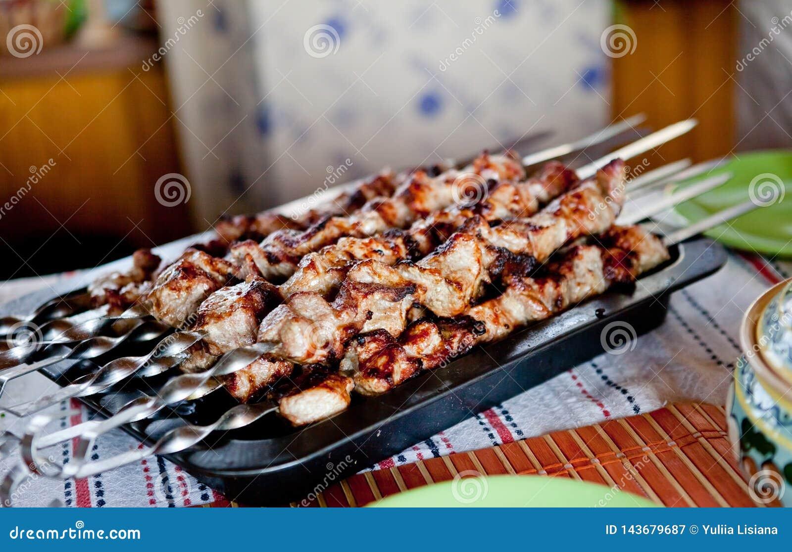 Shish kebab na skewers z cebulami