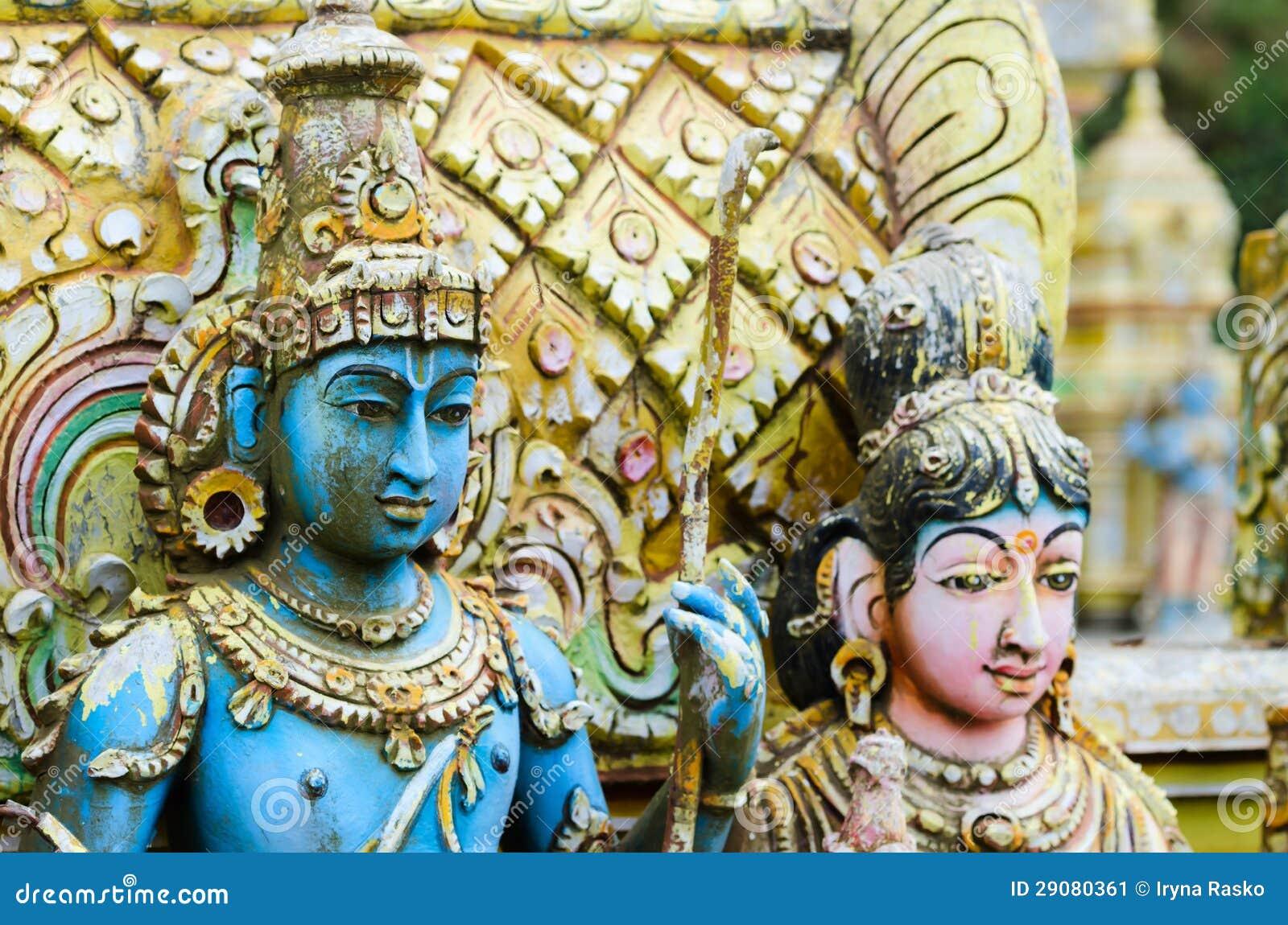 Shiva mit seiner Frau Parvati auf traditionellem hindischem Tempel