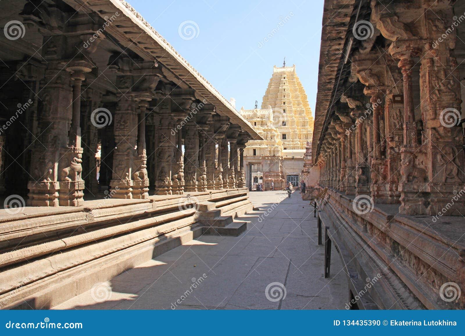 Shiva Virupaksha Temple Hampi, Karnataka, Indien Weißes Gelb stellte Tempel gegen den blauen Himmel wieder her Schnitzen des Stei
