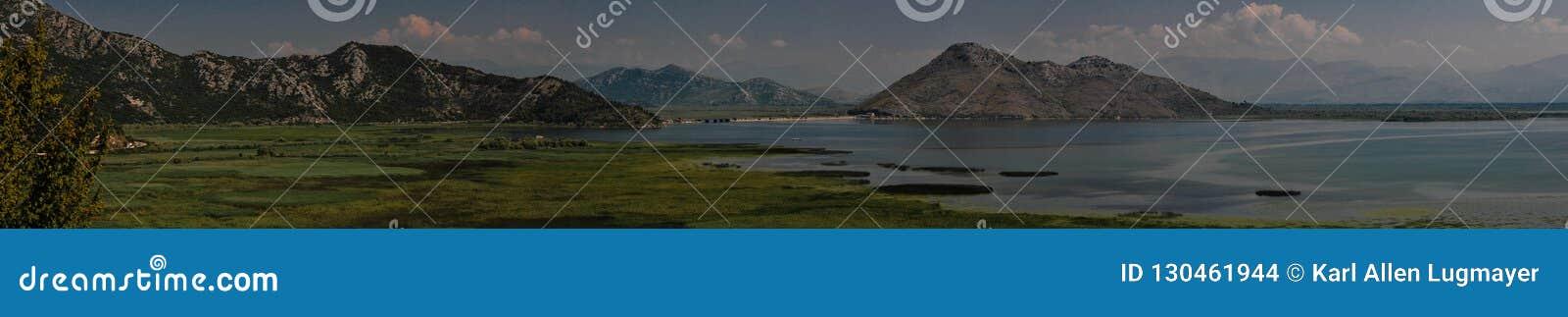 Shkodra sjösikt Berg som är sceniska