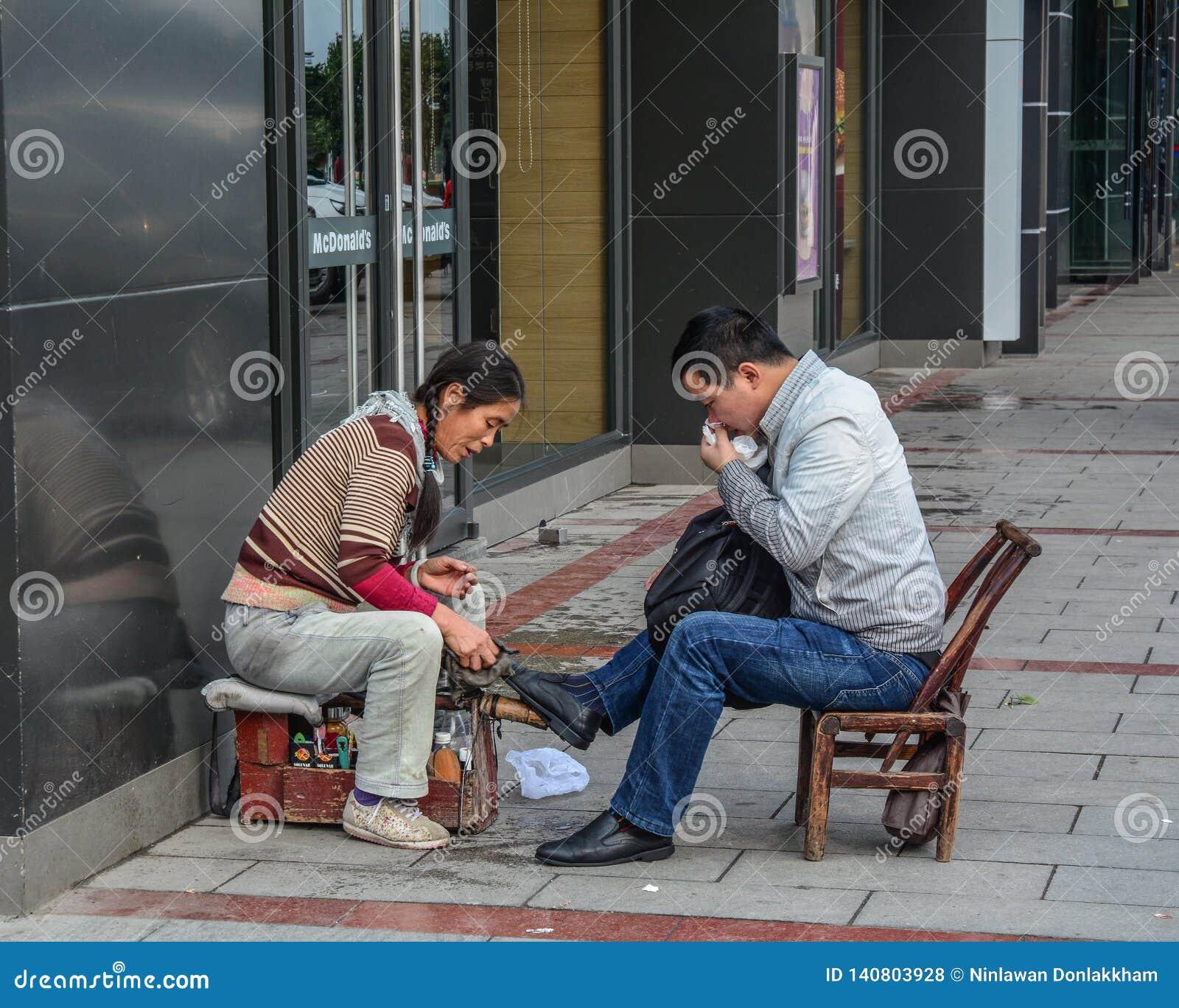 Shoeshiner som polerar skorna