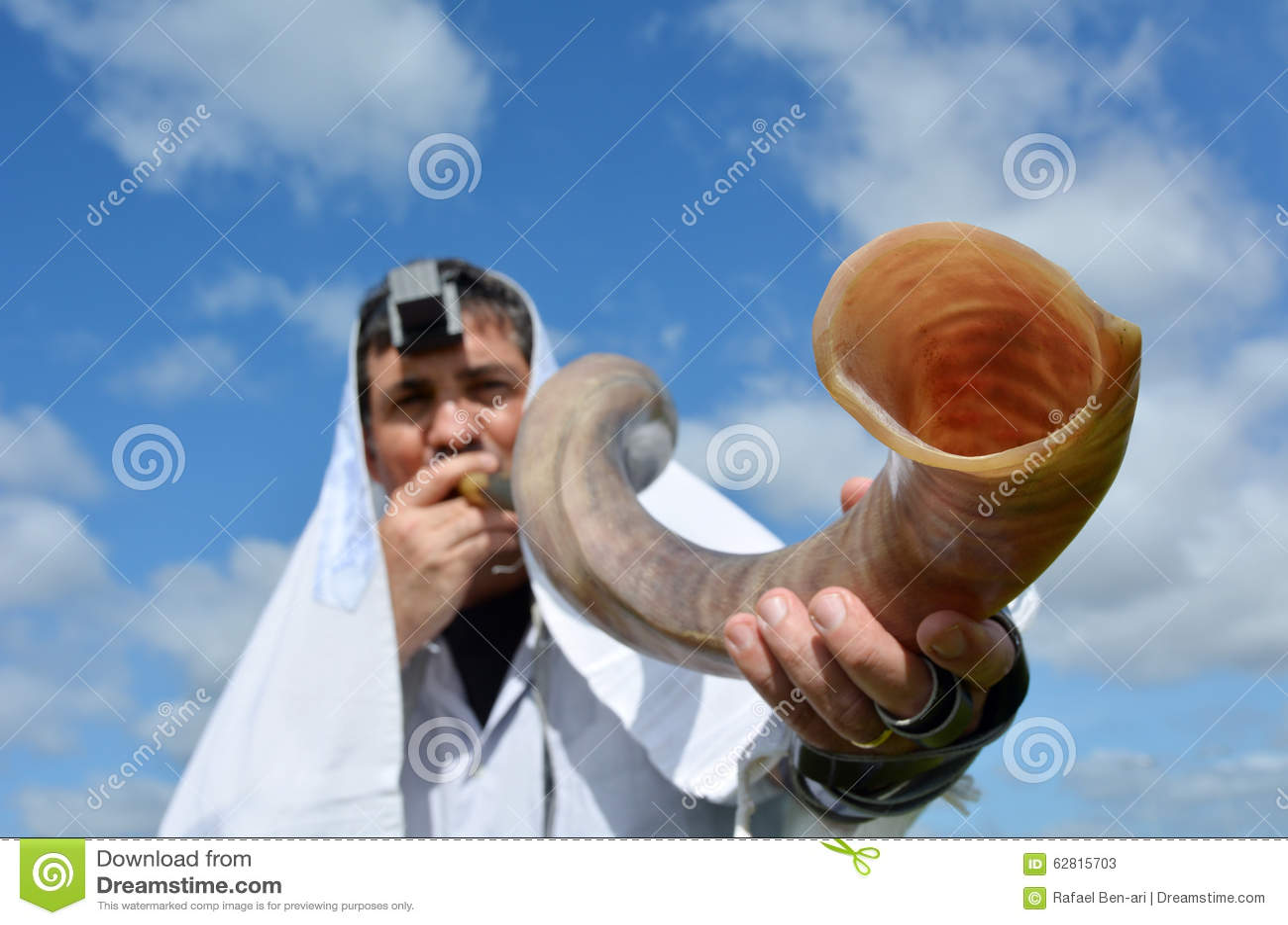 Shofar judío del soplo del hombre