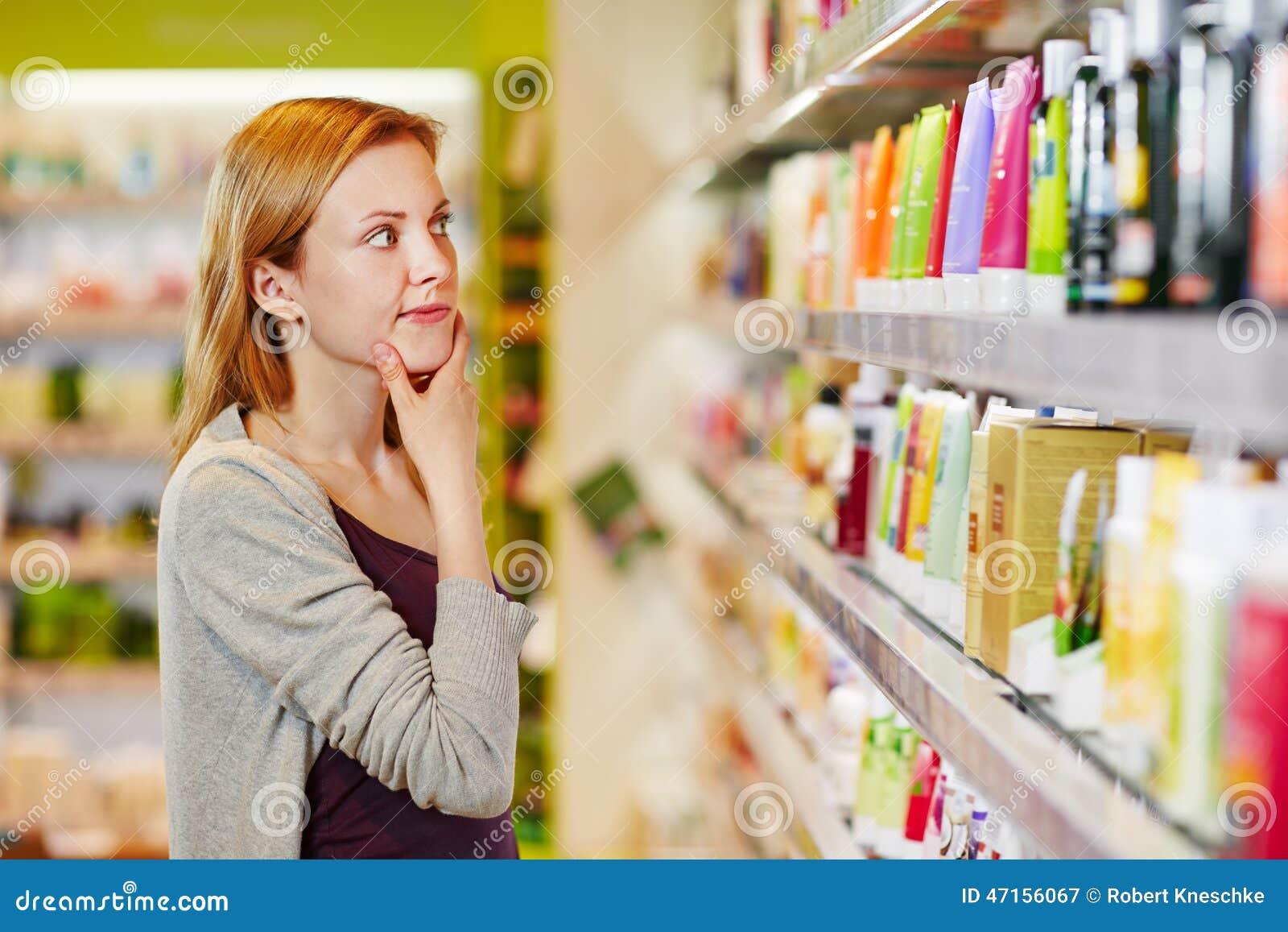 Shoppa för ung kvinna som är selektivt och som är hållbart