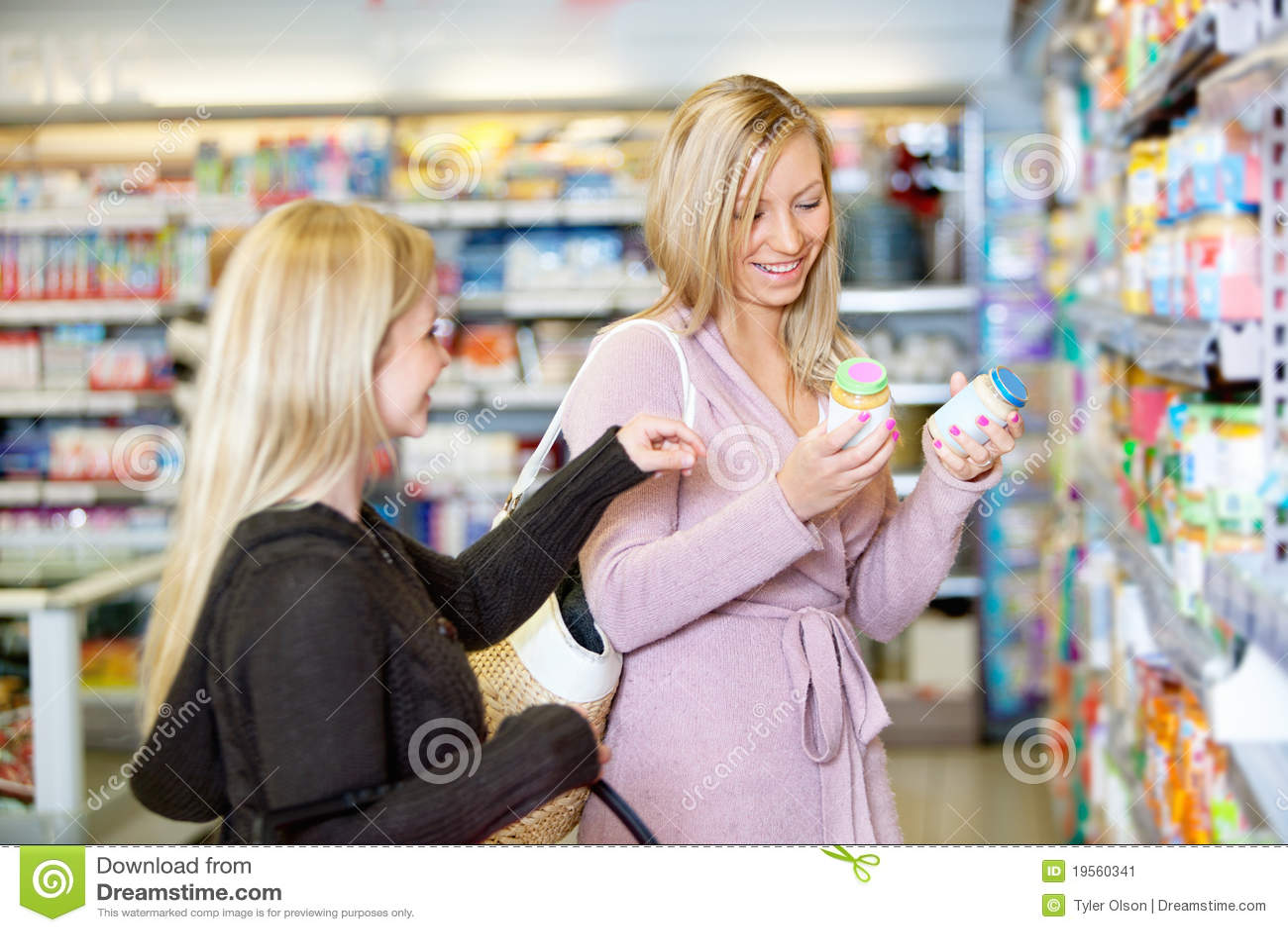 Shoppa le tillsammans unga kvinnor