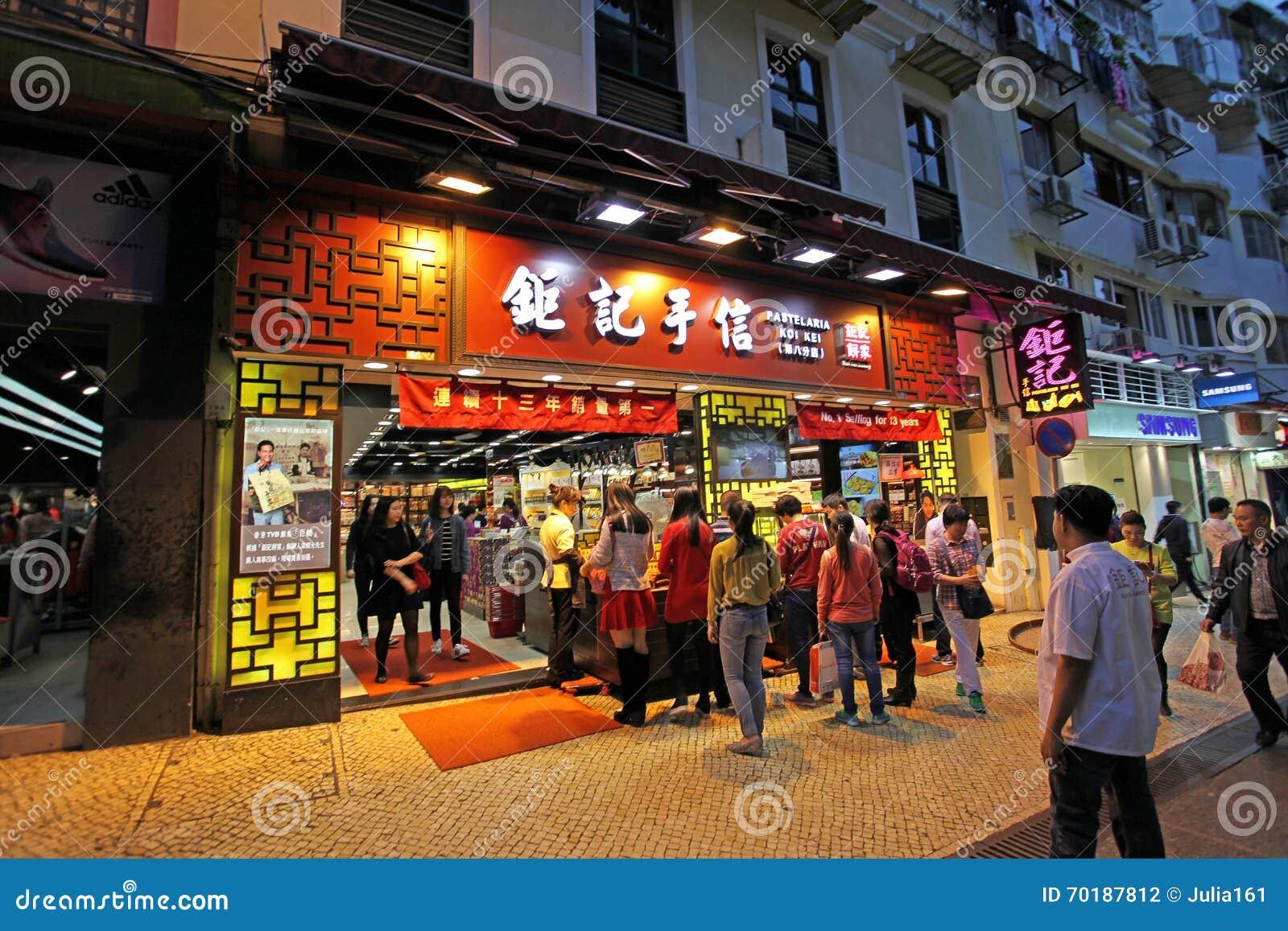 Shoppar i historisk mitt av Macao vid natt