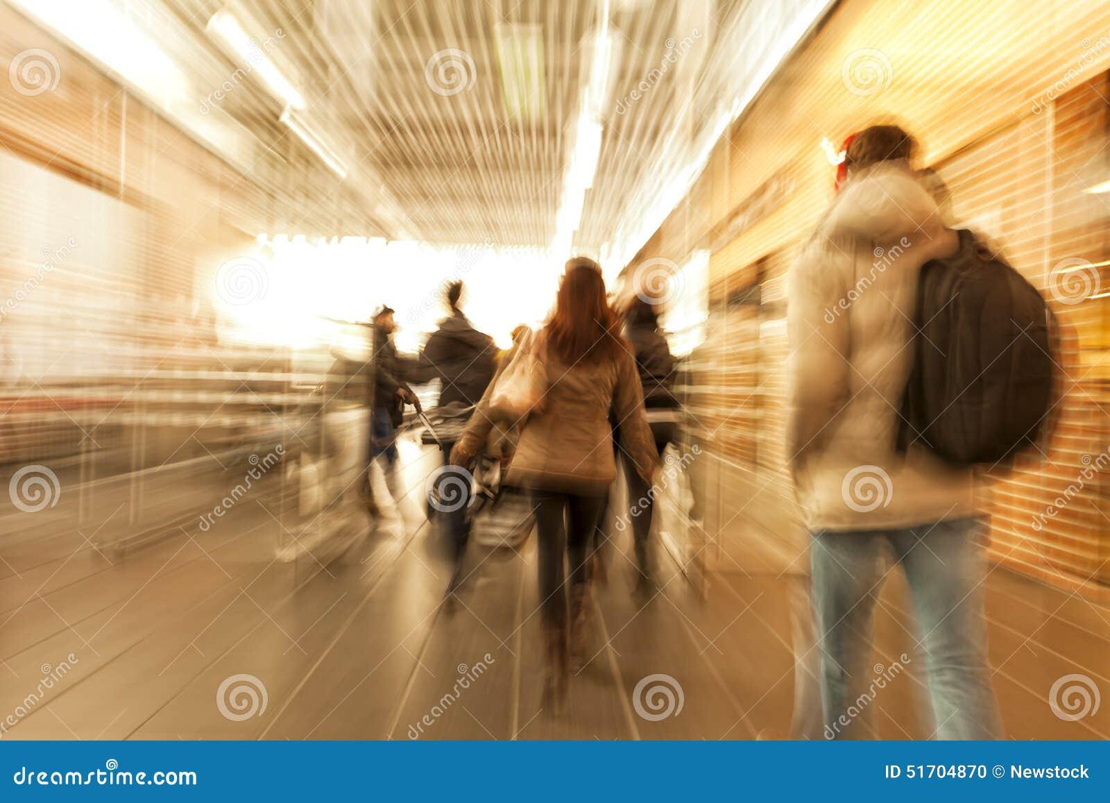 Shoppare som rusar till och med korridoren, zoomeffekt, rörelsesuddighet, kors