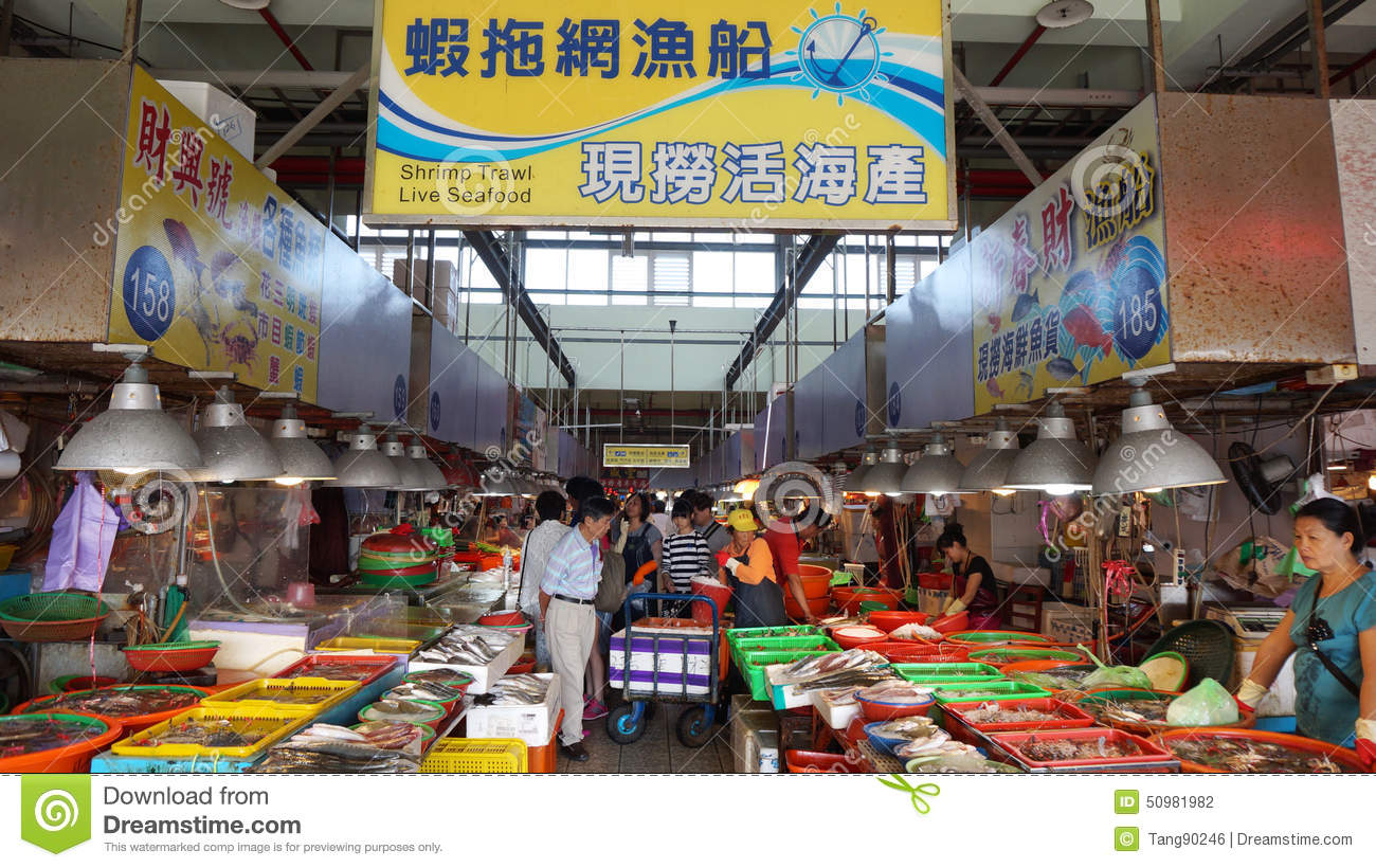 Shoppers visit the famous seafood market in donggang for Nearest fresh fish market