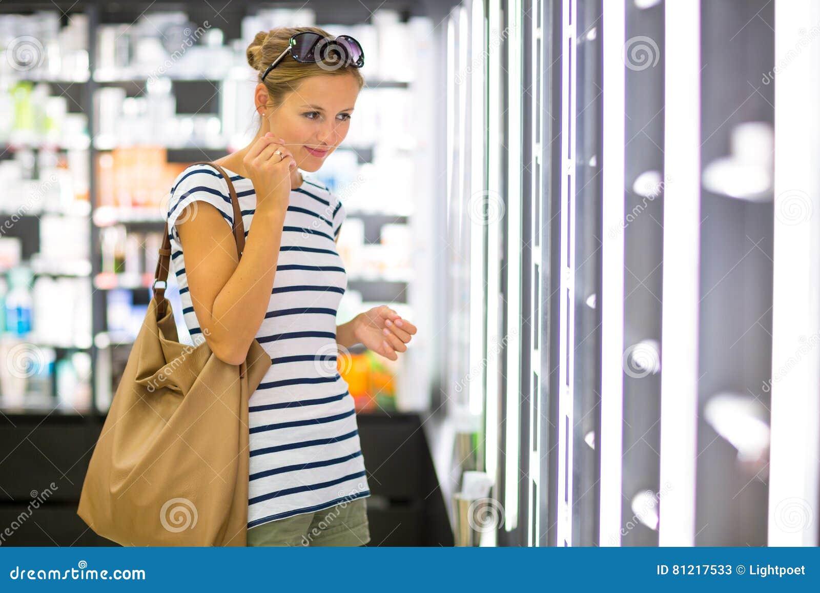 Shopping för ung kvinna för den högra doften
