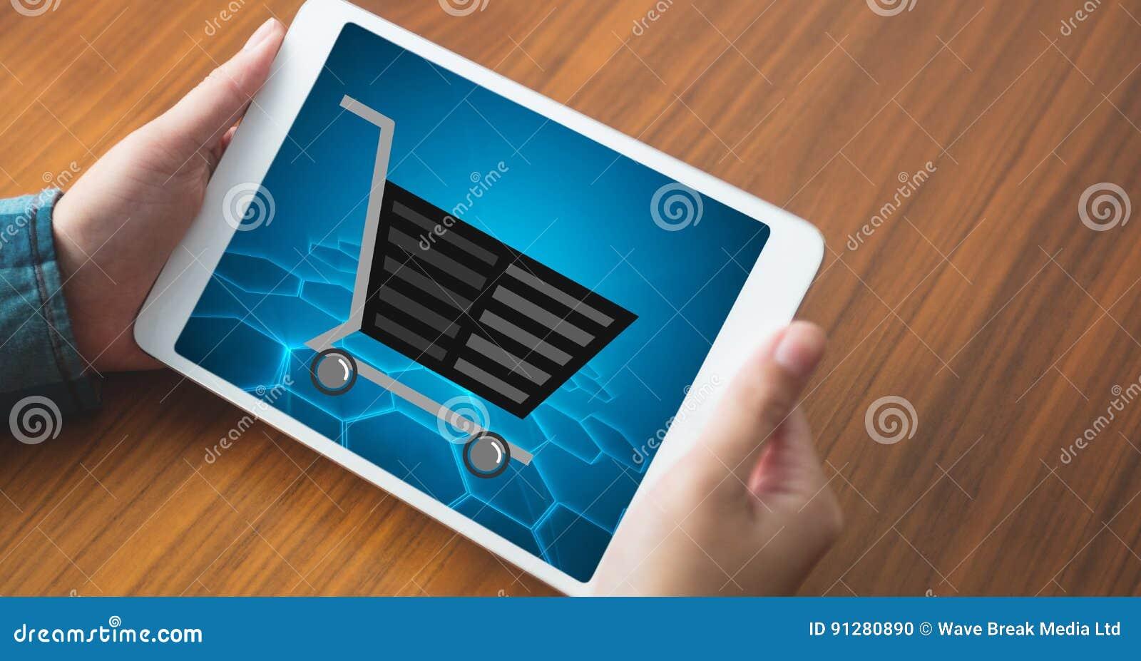 Shoppingvagnen på skärmen för minnestavlaPC` s rymde vid kvinnan