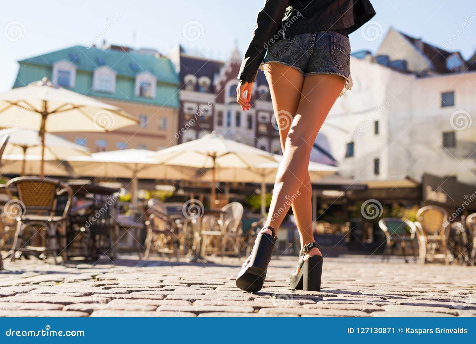 Shorts de port et talons de femme