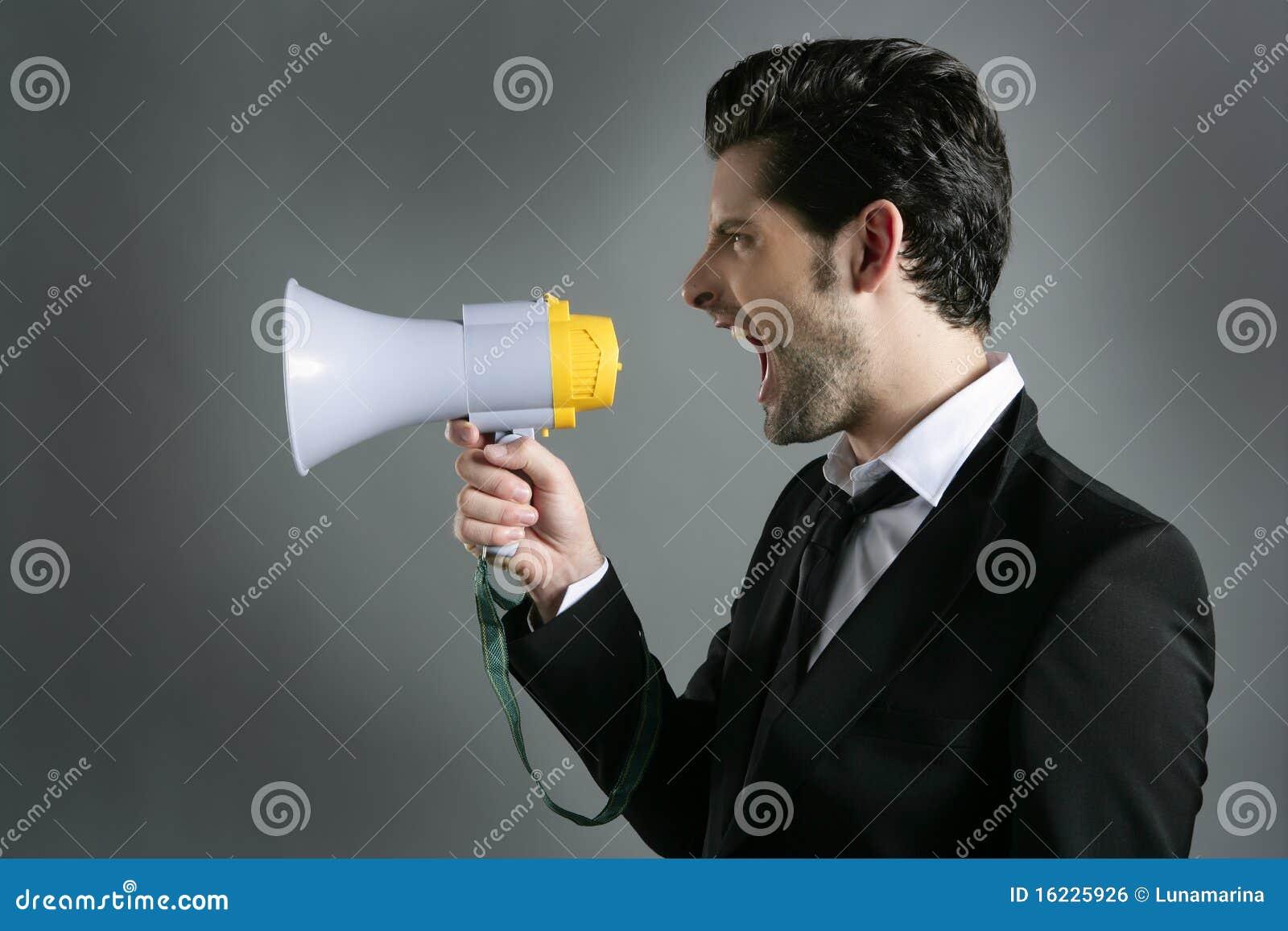 Shouting do perfil do megafone do homem de negócios do megafone