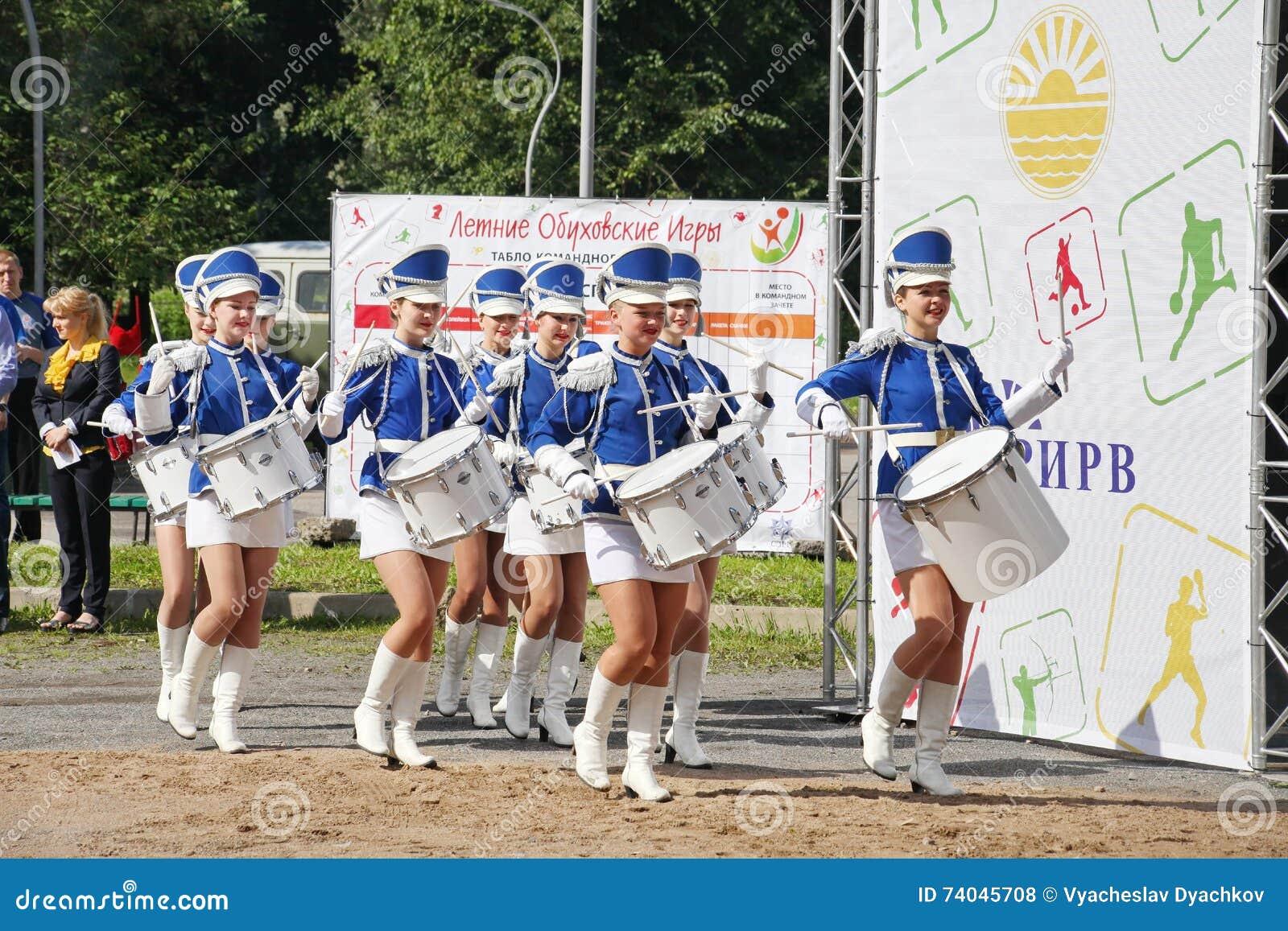 Show-groep van slagwerkers in sexy blauwe eenvormig van de Koninklijke lansieren