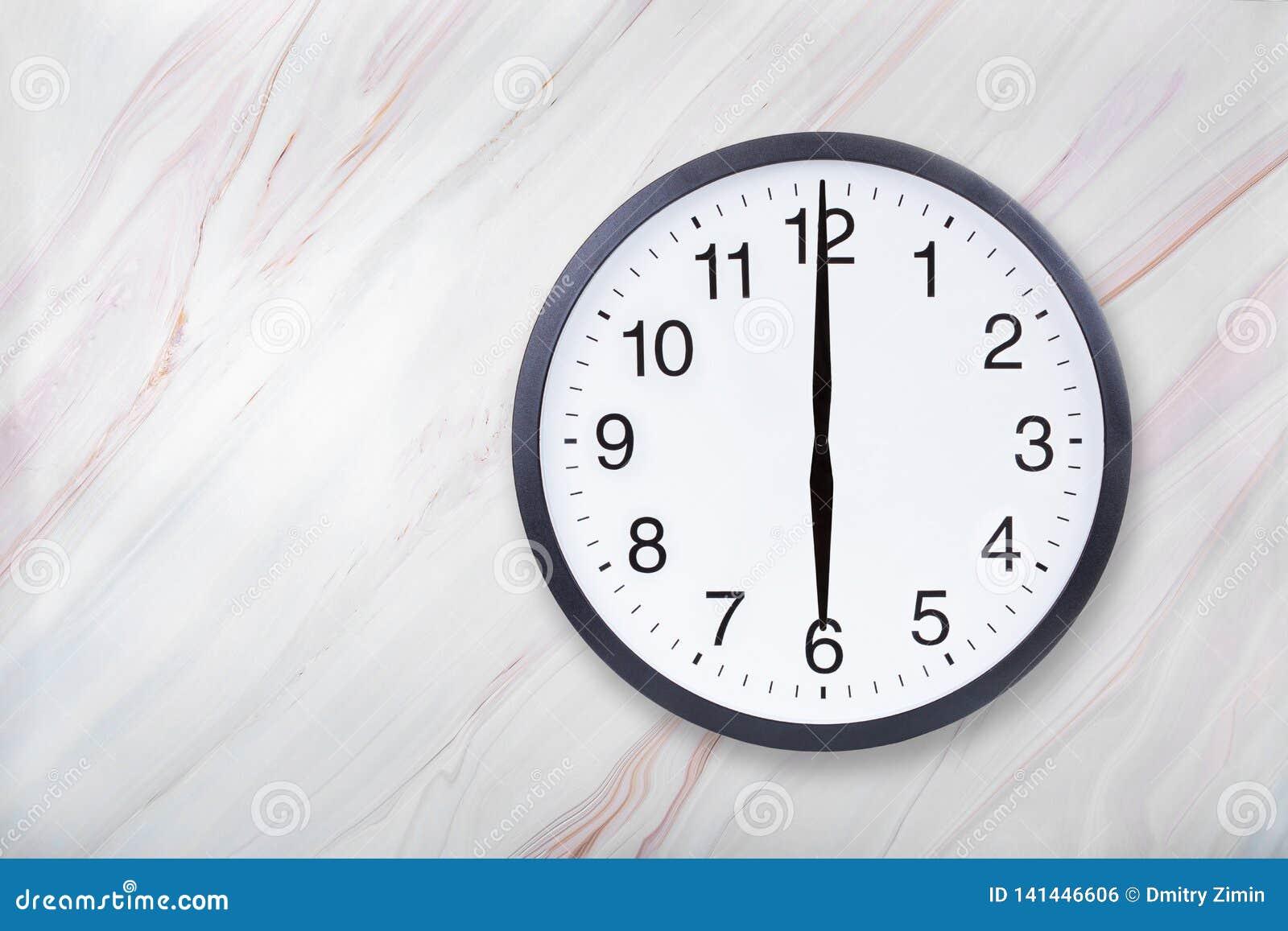Showen för väggklockan sex klockan marmorerar på textur Kontorsklockashow 6pm eller 6am