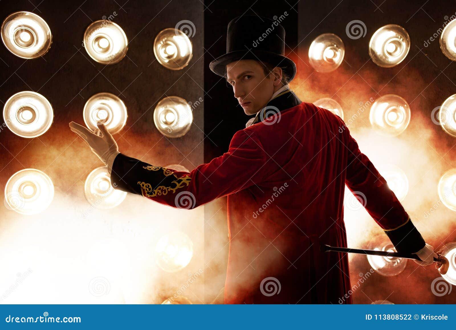 Showman Молодые мужские эстрадный артист, вручитель или актер на этапе Парень в красном лифчике и цилиндре