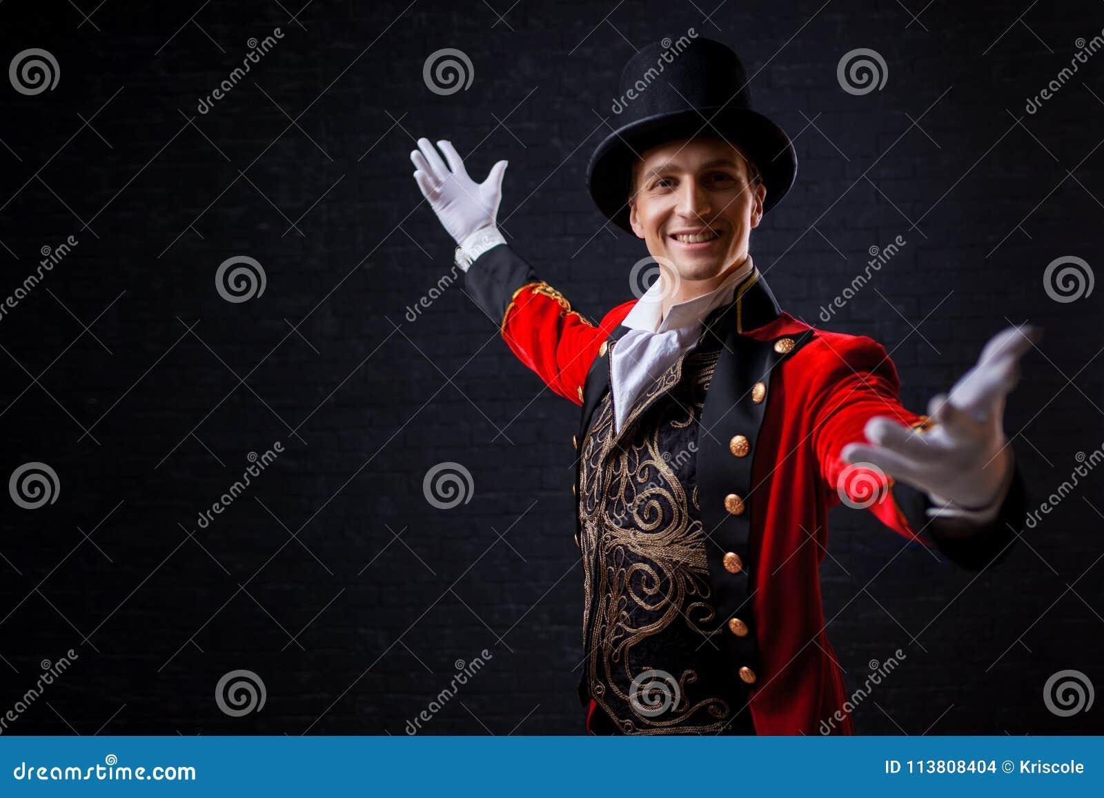 Showman Actor, presentador o actor de sexo masculino joven en etapa El individuo en la camiseta roja y el cilindro