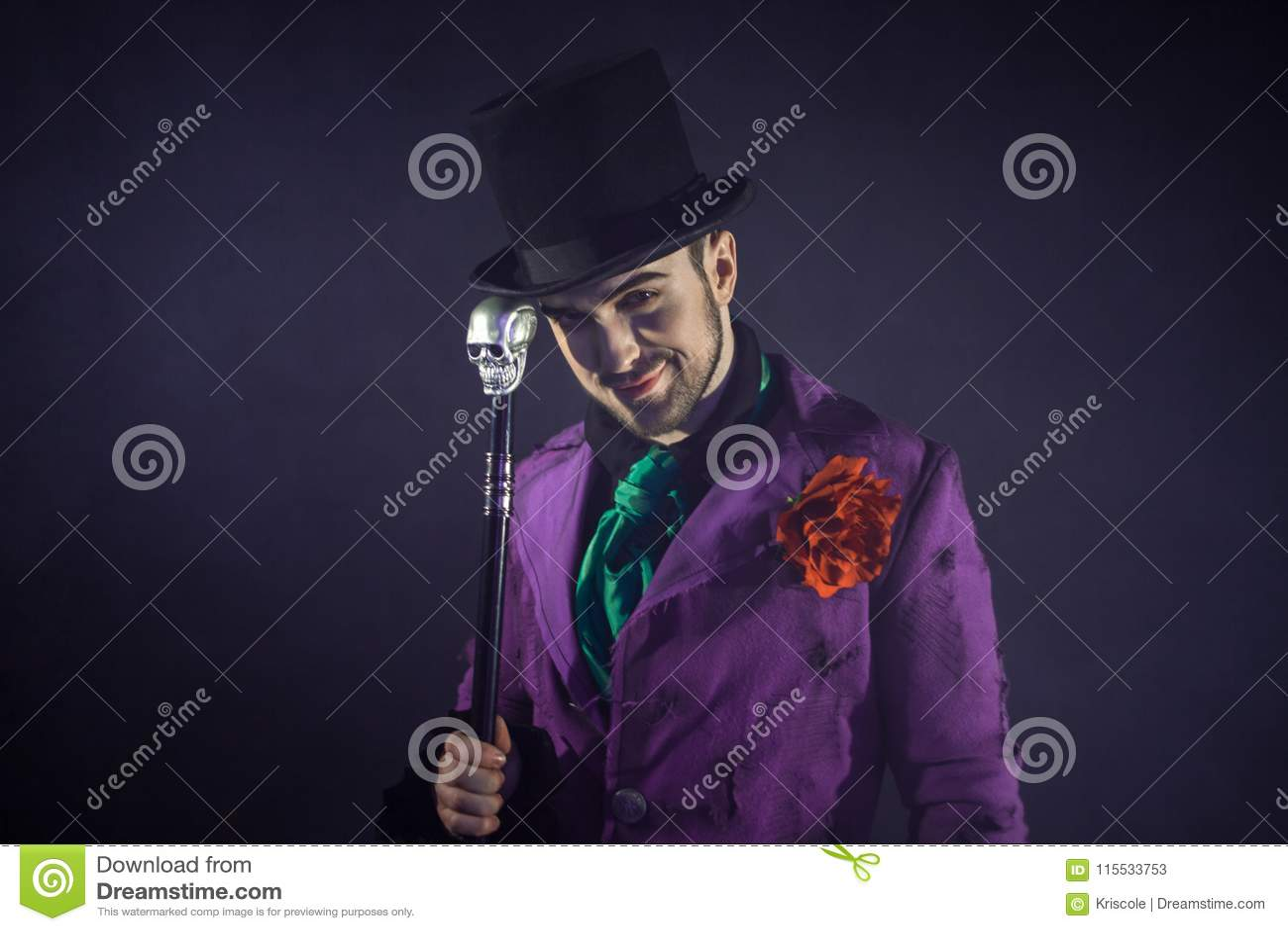 Showman Jonge mannelijke entertainer, presentator of acteur op stadium De kerel in purpere camisole en de cilinder